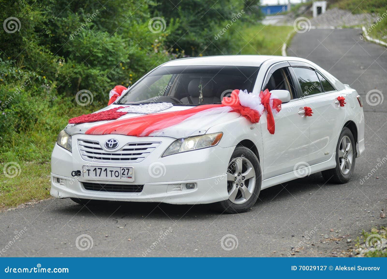 Toyota Camry voor huwelijksgang die wordt verfraaid
