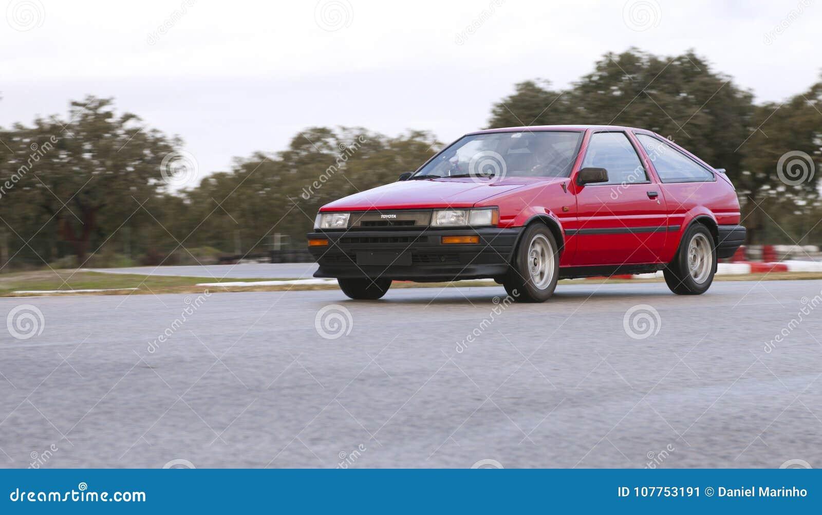 Toyota Corolla GT hermana la leva AE86 que deriva en circuito de carreras