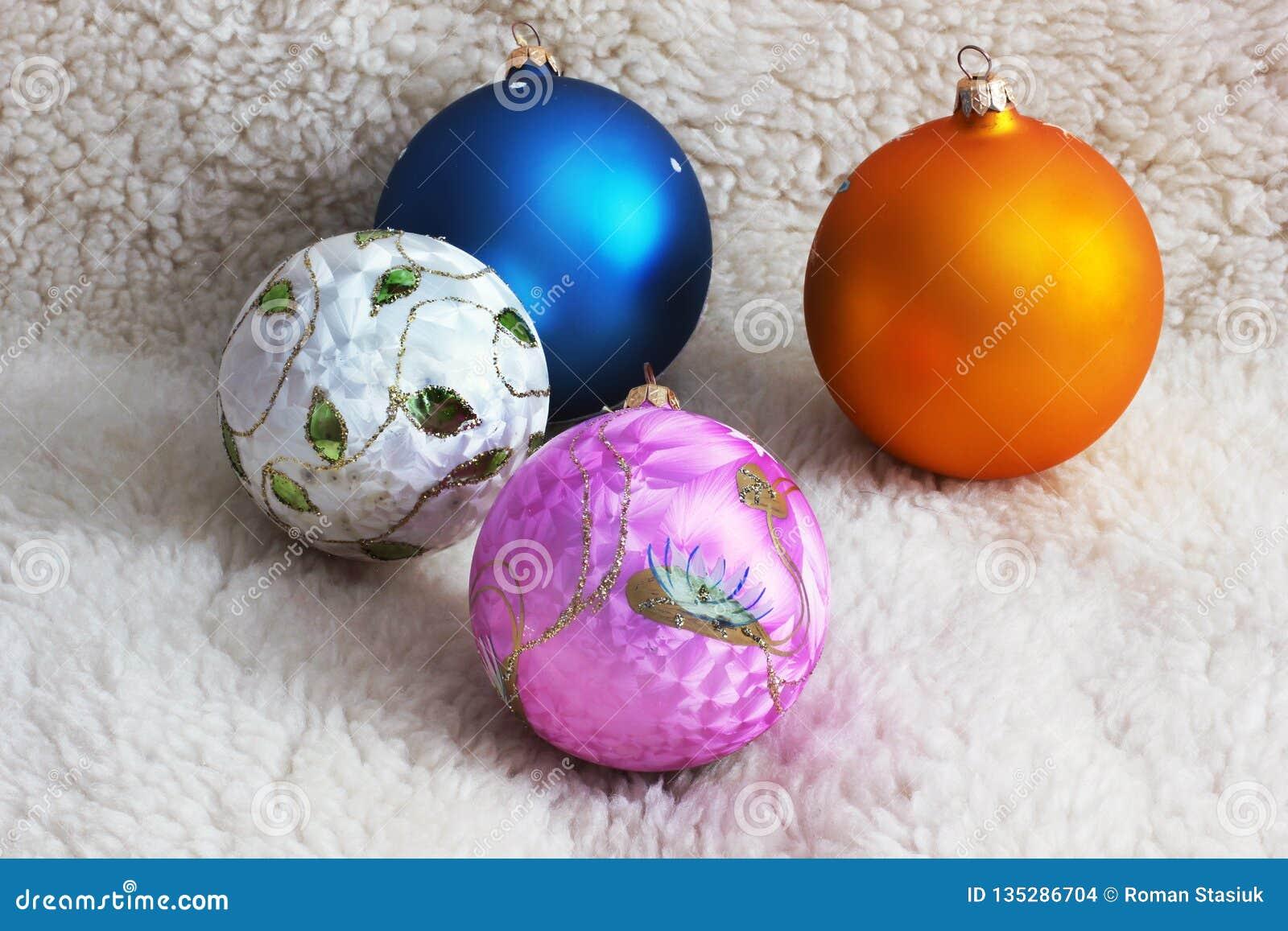 Toys för spheres för bakgrundsjul exponeringsglas vita isolerade vita röda stjärnor för abstrakt för bakgrundsjul mörk för garner