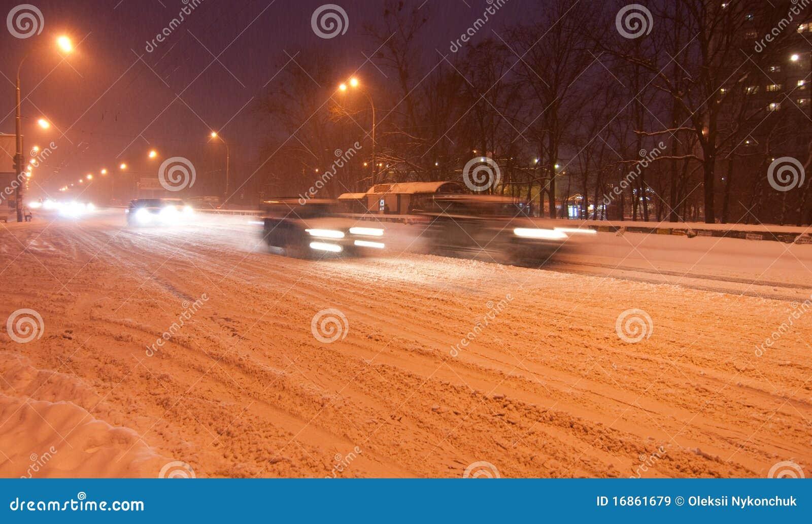 Tráfego da noite de Kiyv em uma tempestade de neve