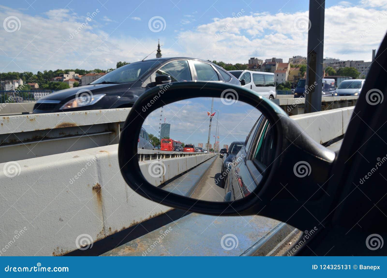 Tráfego de cidade no espelho retrovisor