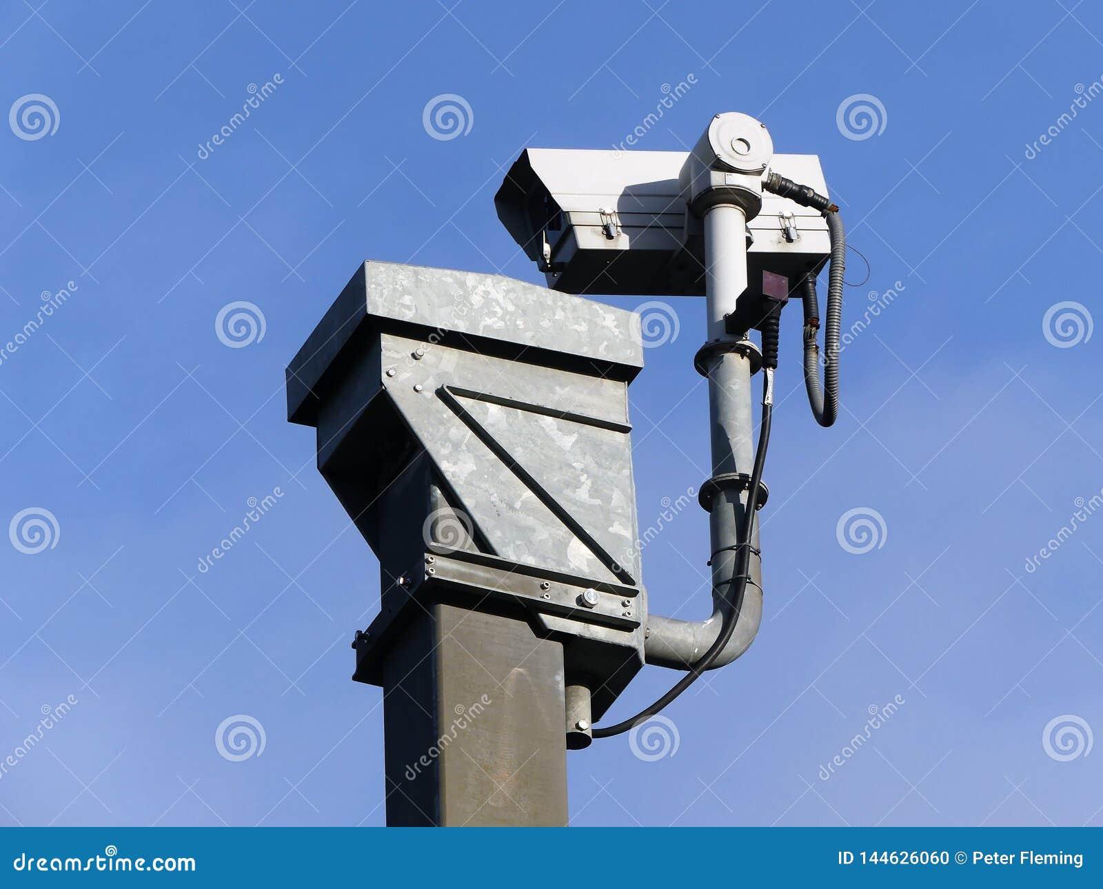Tr?fego de estrada da monitora??o da c?mara de vigil?ncia no M25