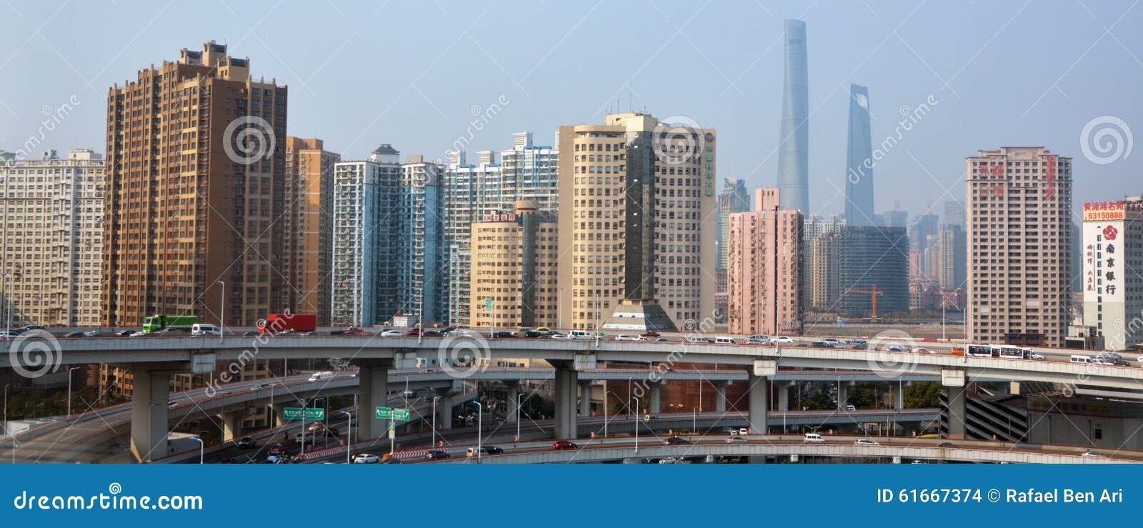 Tráfico contra el horizonte China de Shangai