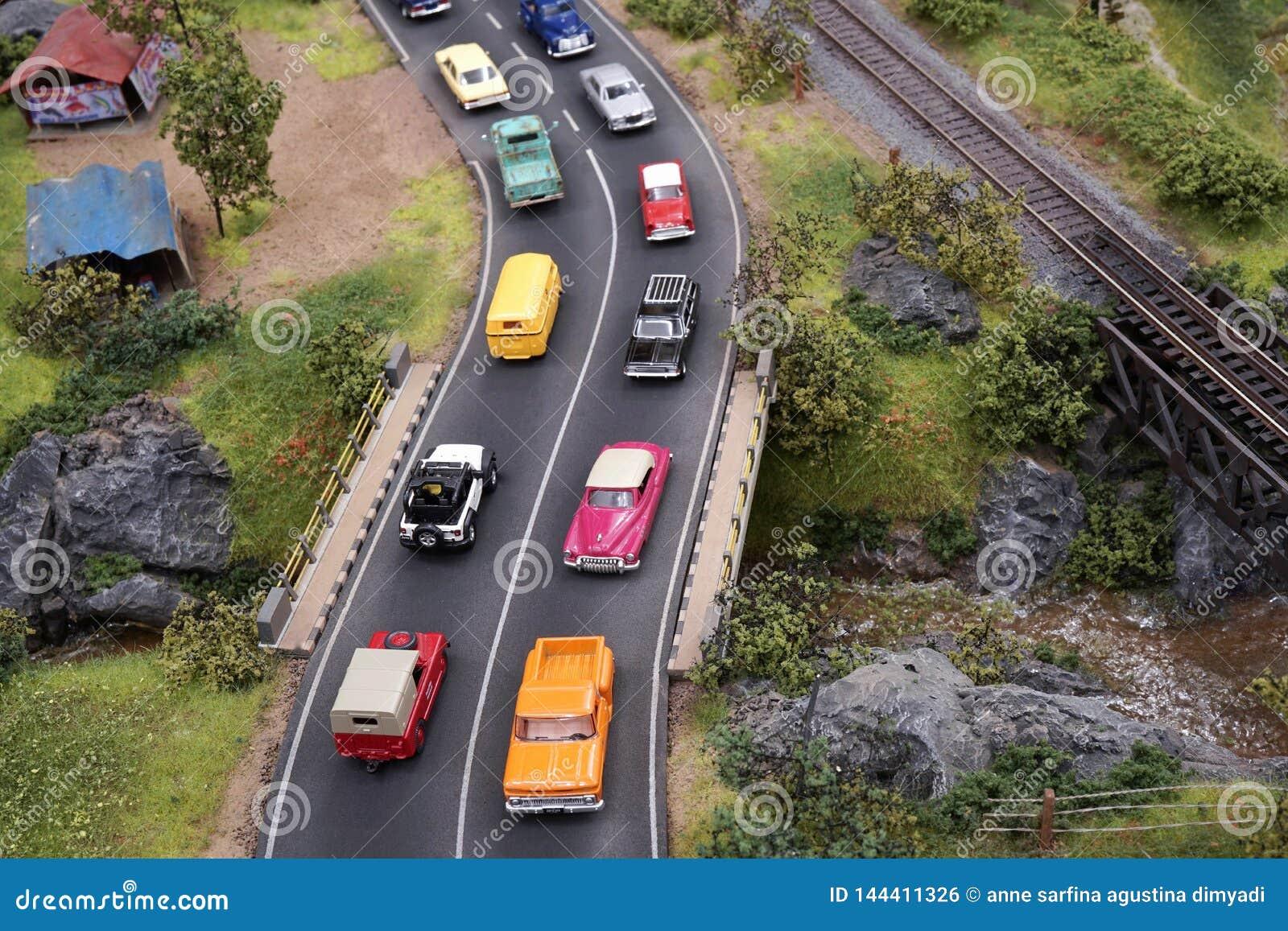 Tráfico de caminos apretado miniatura con muchos coches en la calle