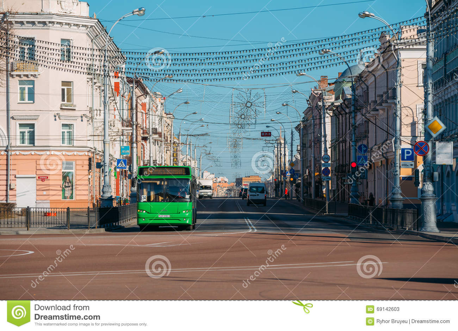 Tráfico de la mañana en la calle de Sovetskaya en Gomel, Bielorrusia