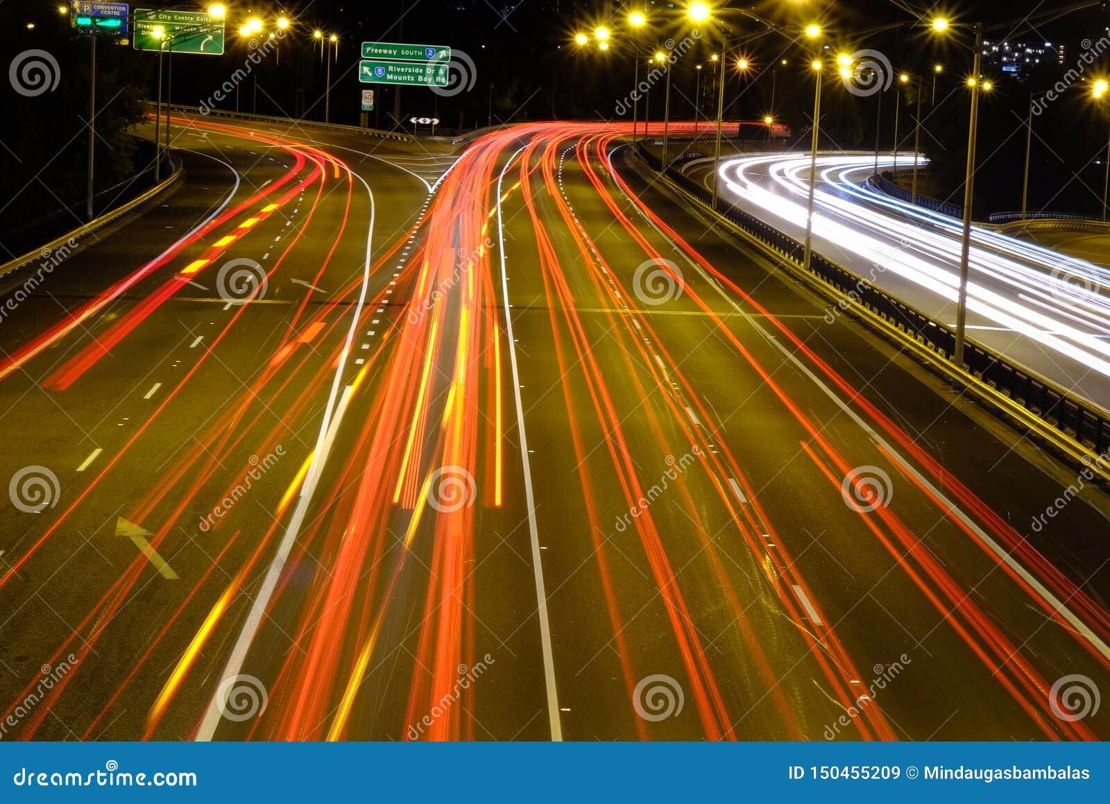 Tráfico de la noche en la ciudad grande Perth