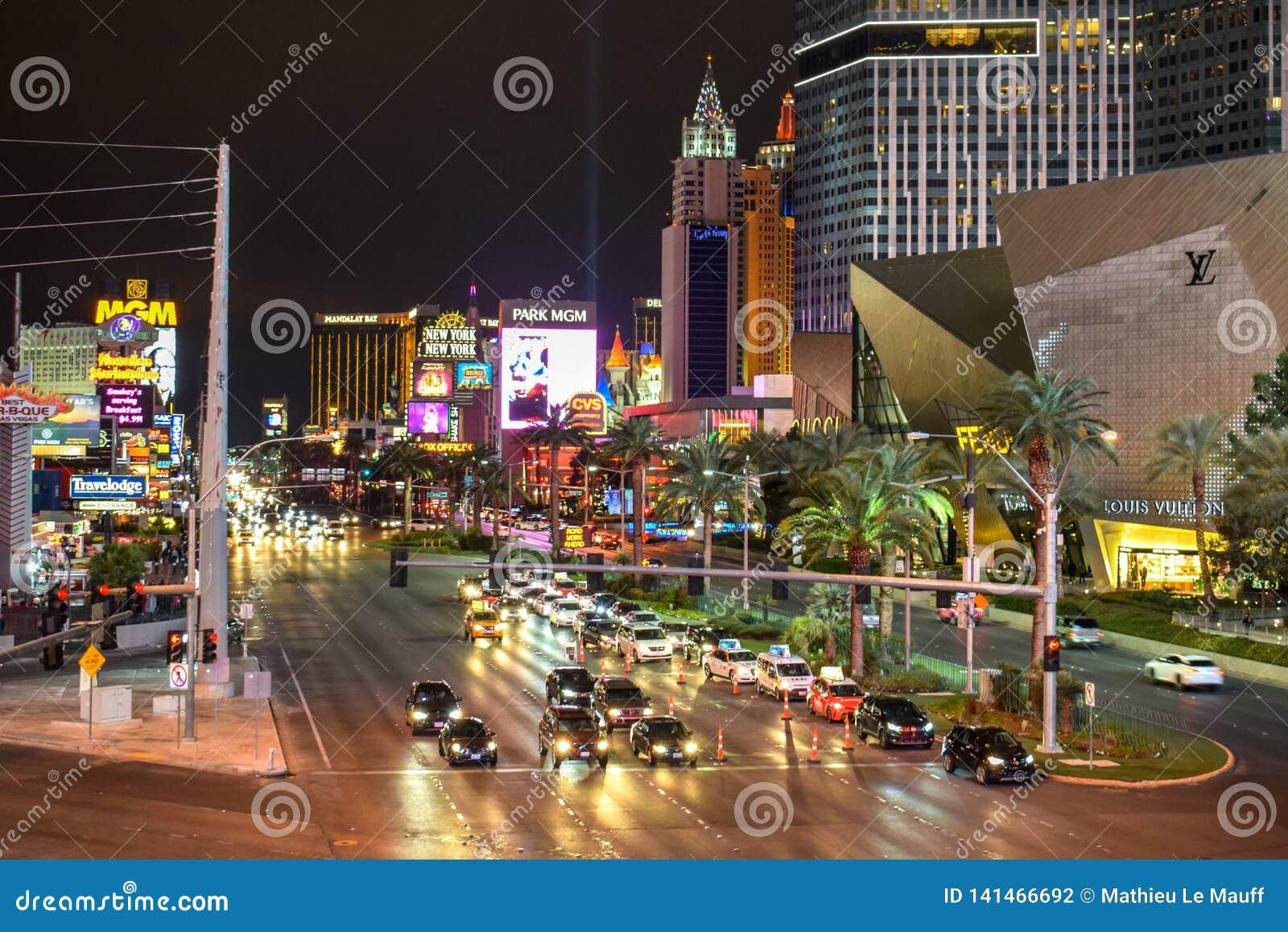 Tráfico de la tira de Las Vegas por noche
