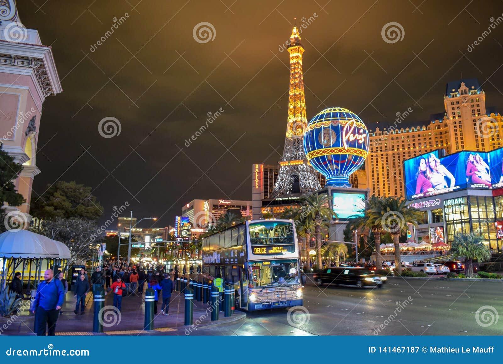 Tráfico de la tira de Las Vegas y hotel y casino de París por noche