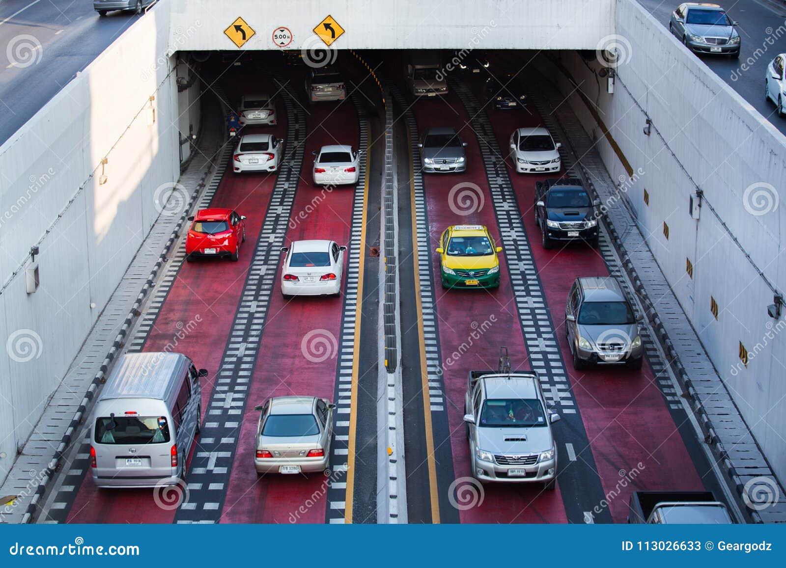 Tráfico en el camino en la cuba de la intersección de la universidad de Kaset Kasetsart