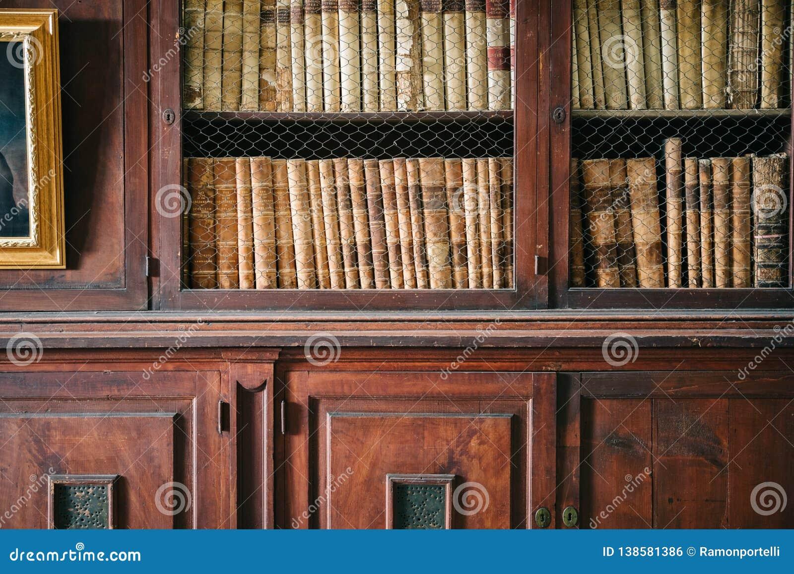 Trä panelled väggar och hyllor i ett historiskt arkiv Detaljskott