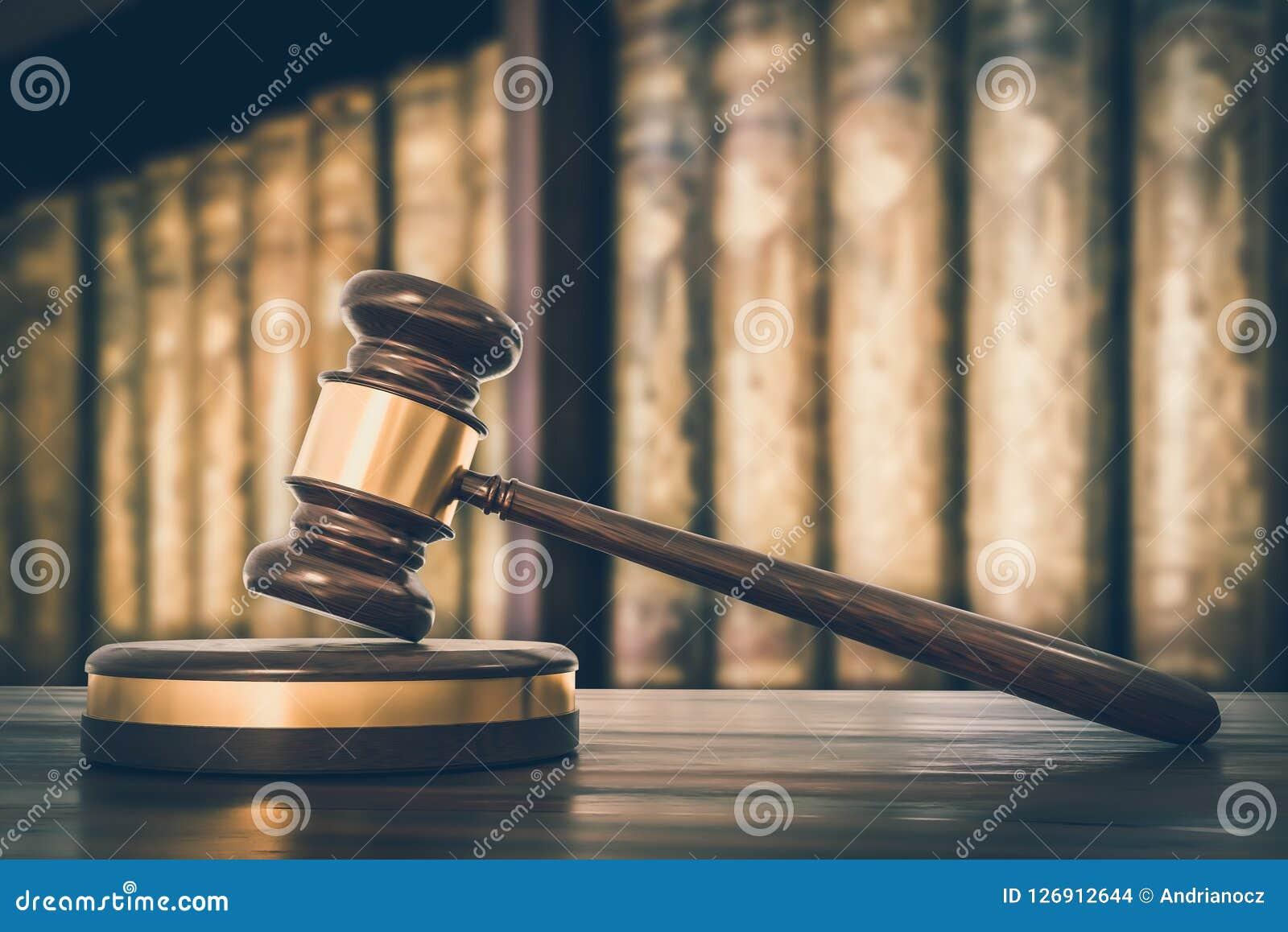 Träauktionsklubba och lagböcker i advokatkontoret - retro stil