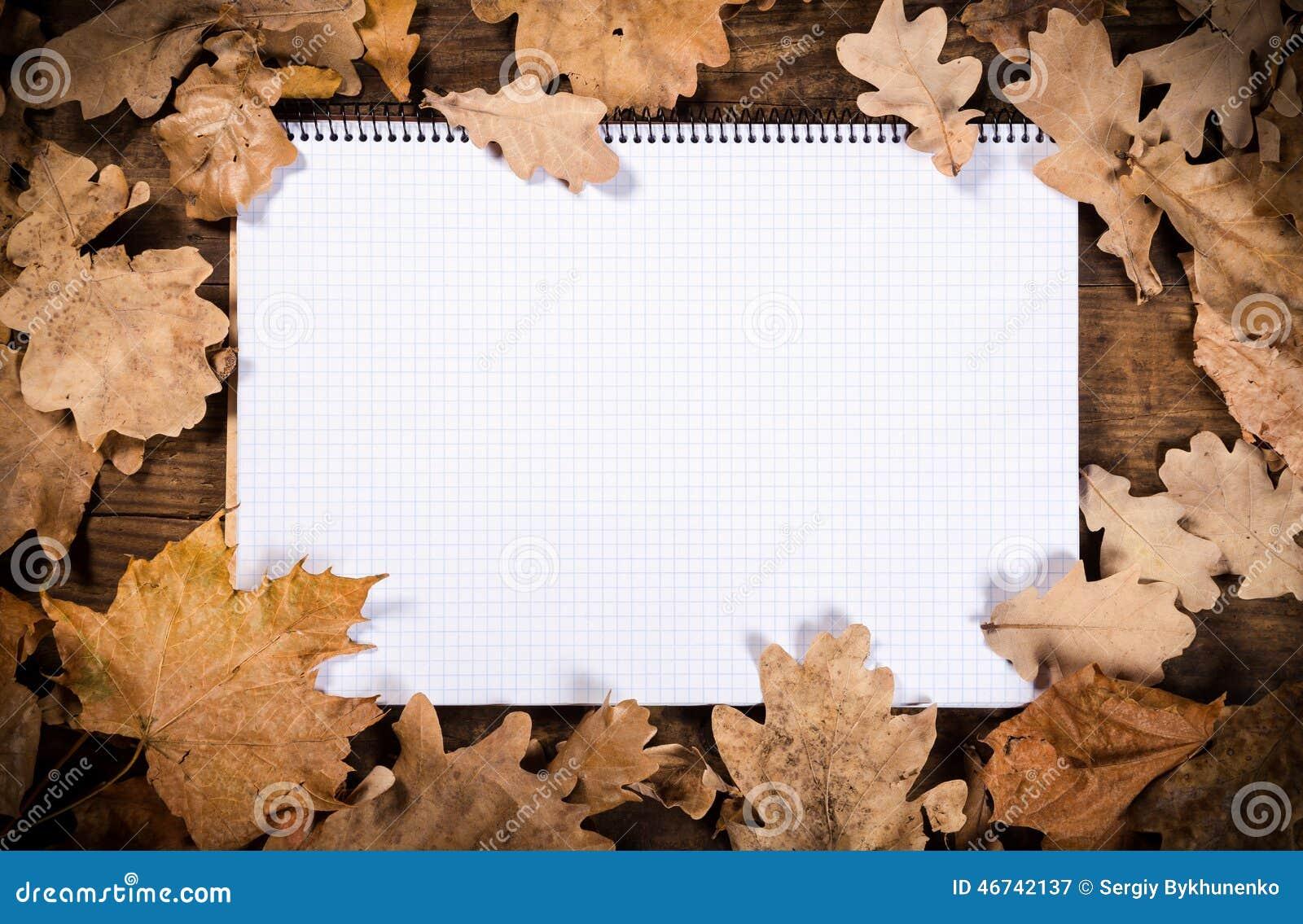 Träbakgrund med sidor och anteckningsboken