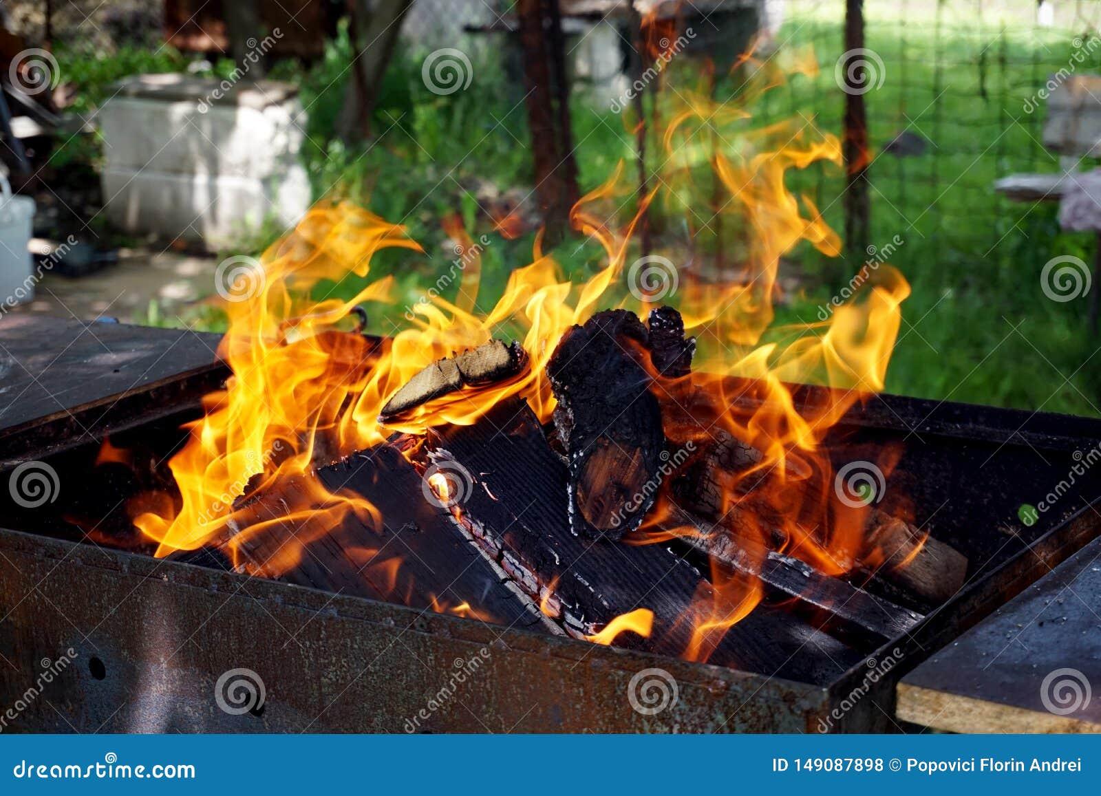 Träbrand för grillfesten i gården