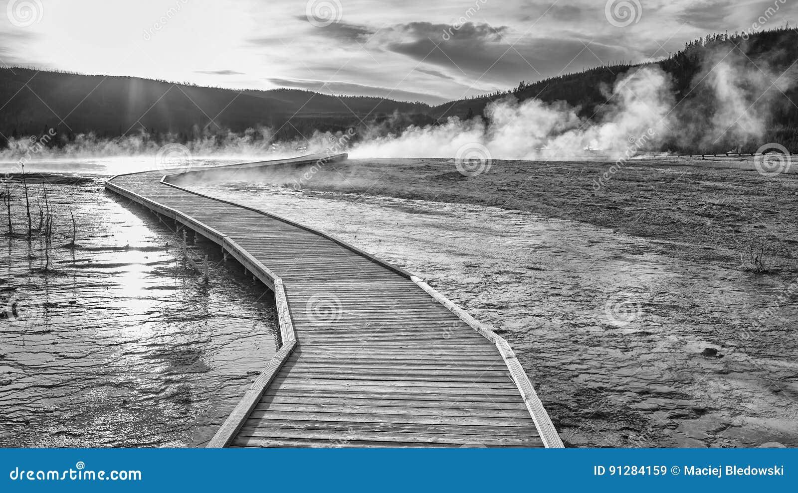Träbro över ångande terräng i Yellowstone på solnedgången
