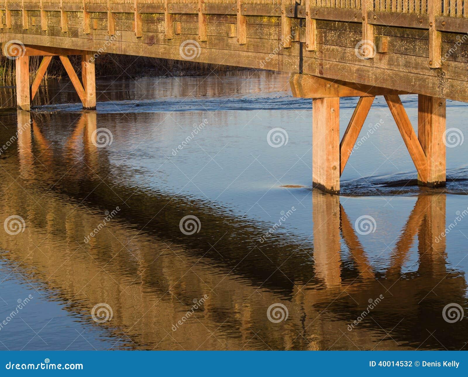 Träbro över floden