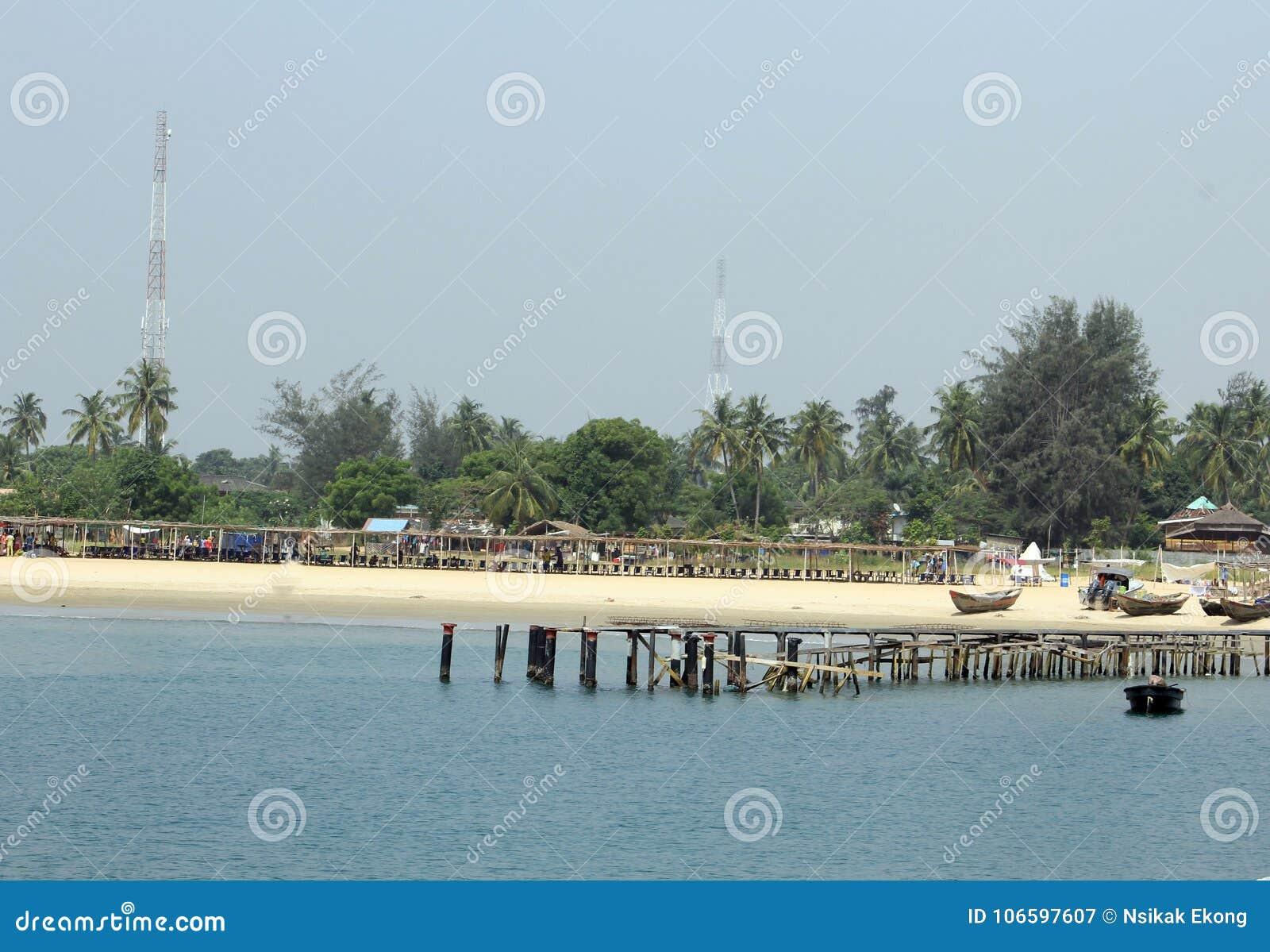 Träbro på semesterorten för takwafjärdstrand Eti Osa LCDA, Lagos Nigeria