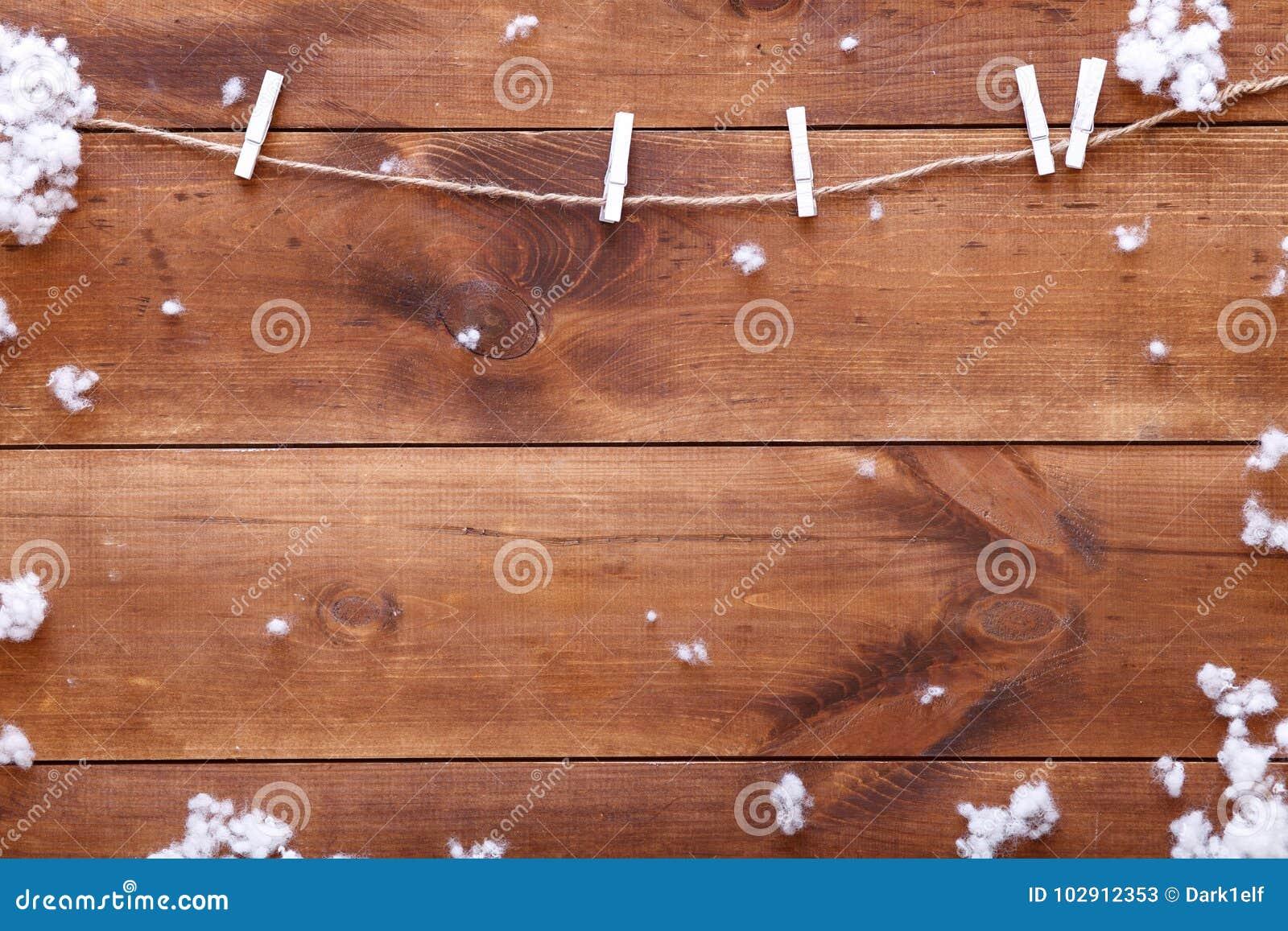 Träbrun bakgrund med snöflingor, kort för vinterferier, lyckligt nytt år för glad jul, bästa sikt med kopieringsutrymme