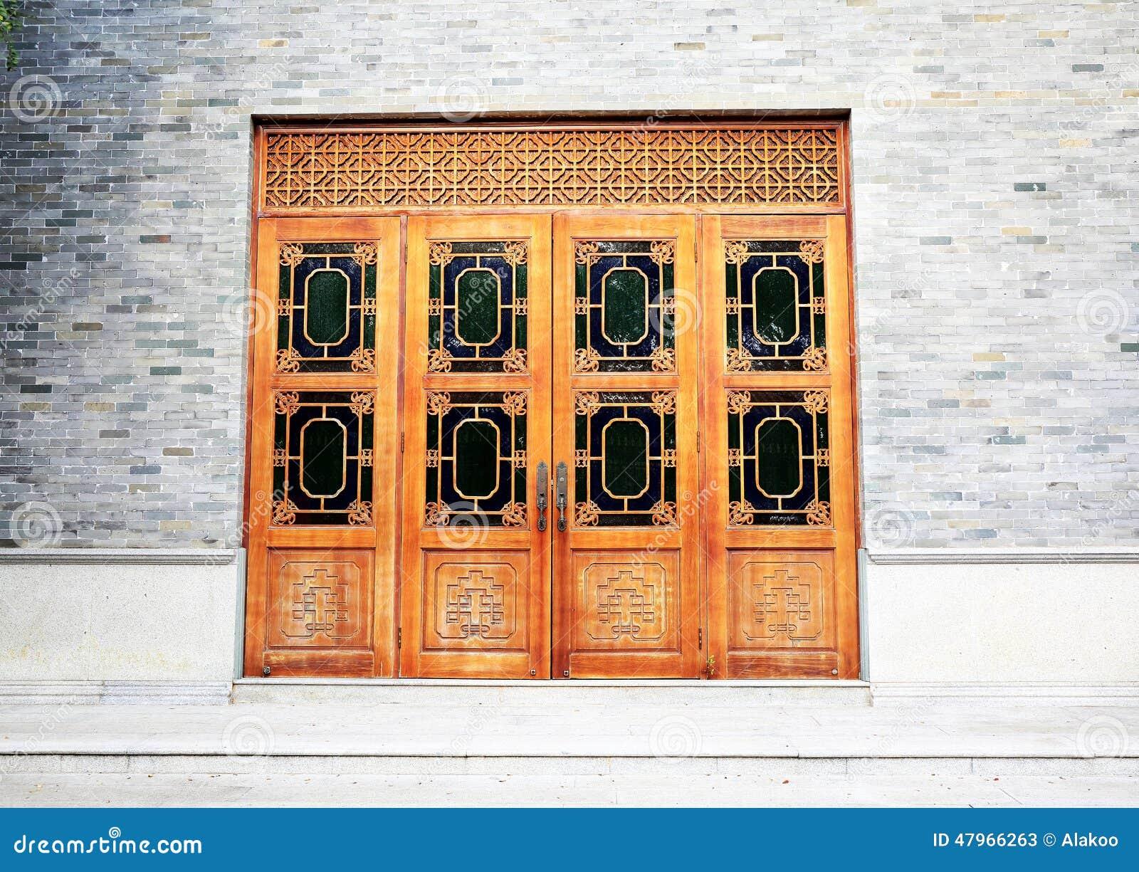 Trädörr för traditionell kines i tegelstenvägg, asiatisk klassisk wood dörr