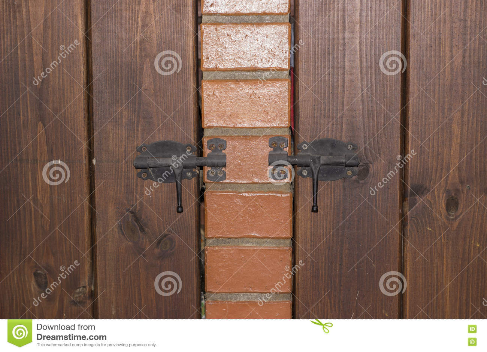 Trädörr på låsa