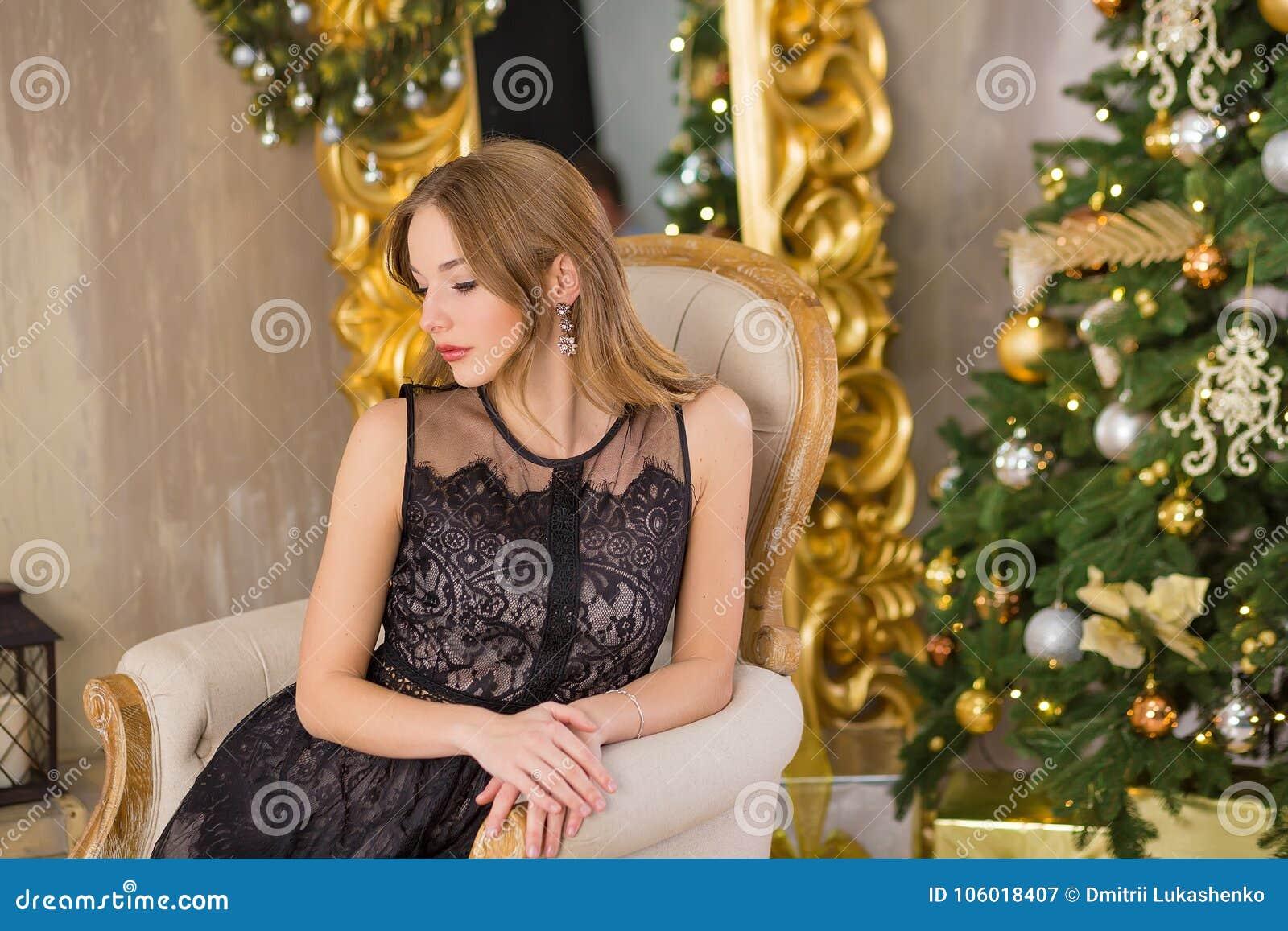 Träd för nytt år för bakgrund för jul för skönhetmodekvinna Sexig flicka för Vogue stil Ursnygg kvinnlig i lyxig klänning på Xmas
