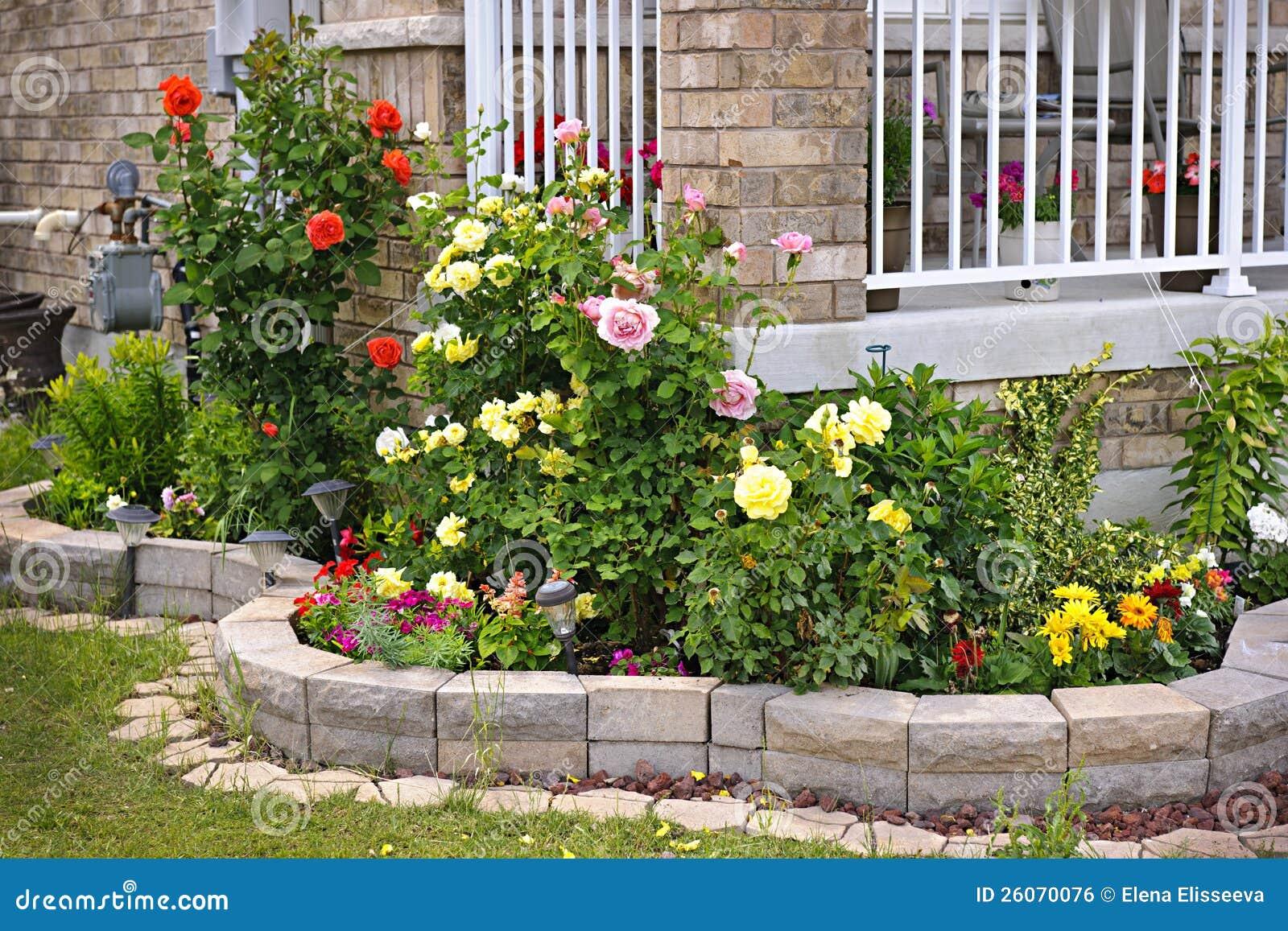 Tr dg rd med att landskap f r sten arkivfoto bild av sommar blomma 26070076 - Giardini con pietre bianche ...