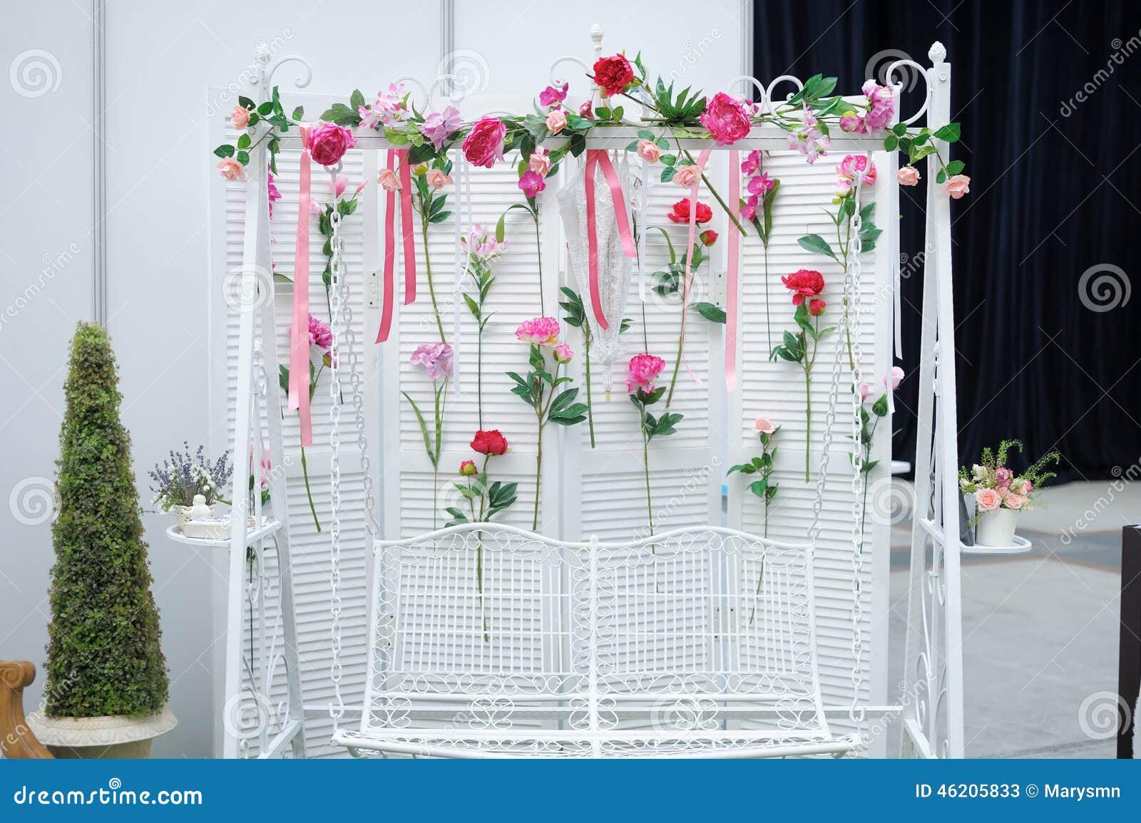 Trädgårds- gunga med blommor som garnering