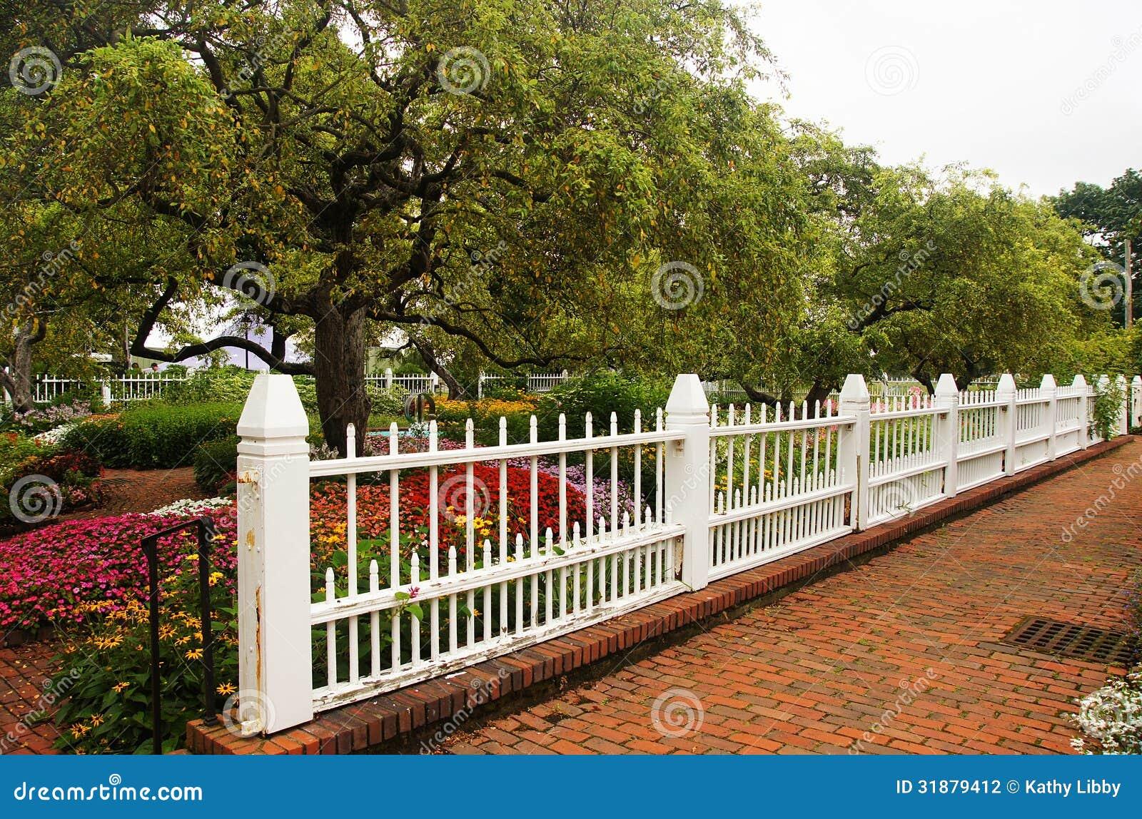 Trädgårds- staket arkivfoto. Bild av tree, bana, staket - 31879412