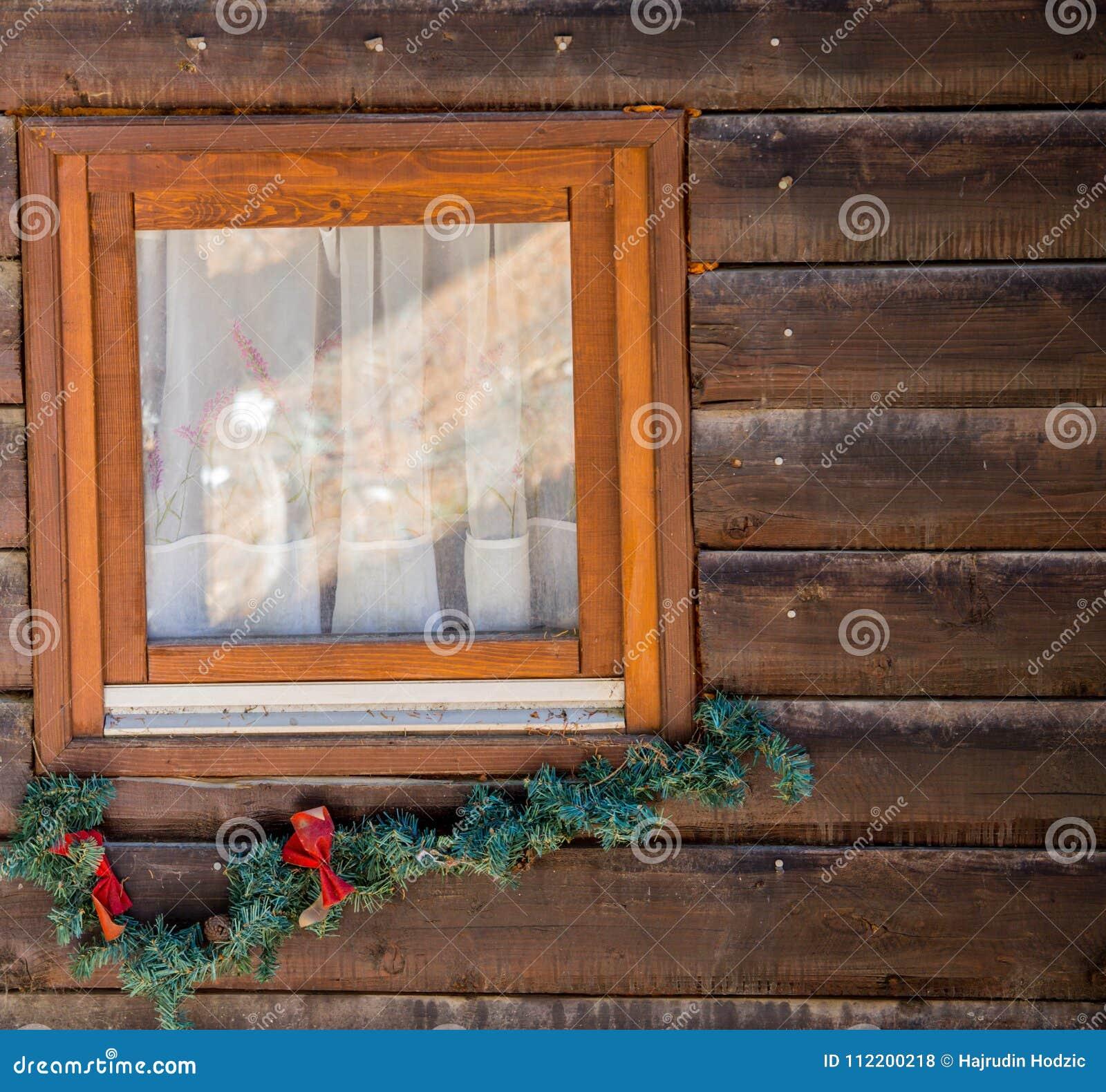 Trädhuset som dekoreras för jul och nytt år, lokaliseras in