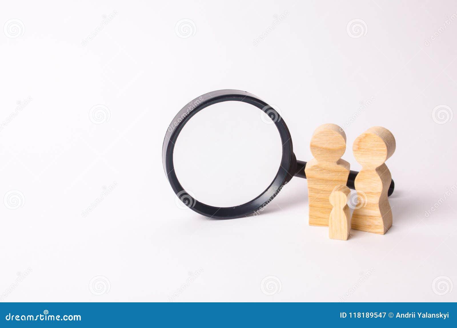 Trädiagram av folk står nära förstoringsglaset Familjen söker efter något Begreppet av hussökandet