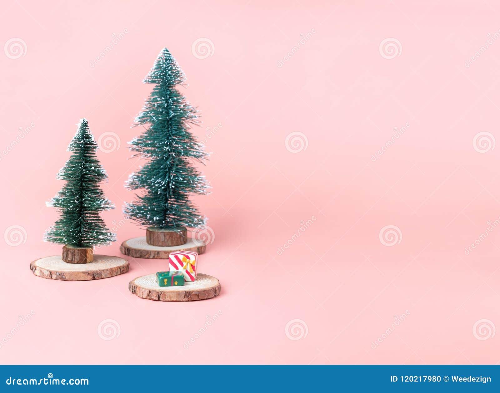 Trädjulgran på den wood journalskivan med den närvarande asken på pastell