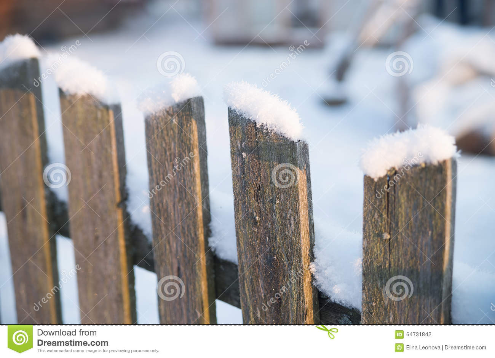 Trägammalt staket med snö Vinter