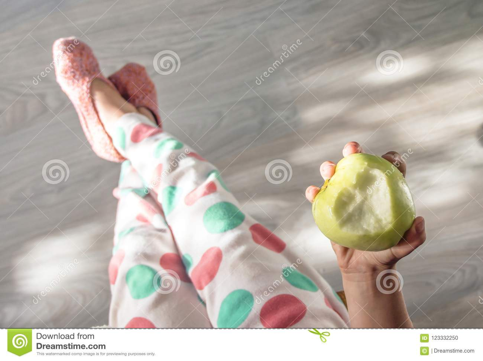 Trägolvet behandla som ett barn ben i pyjamasprickar och den stack pastellfärgade signalhanden för häftklammermatare som rymmer e
