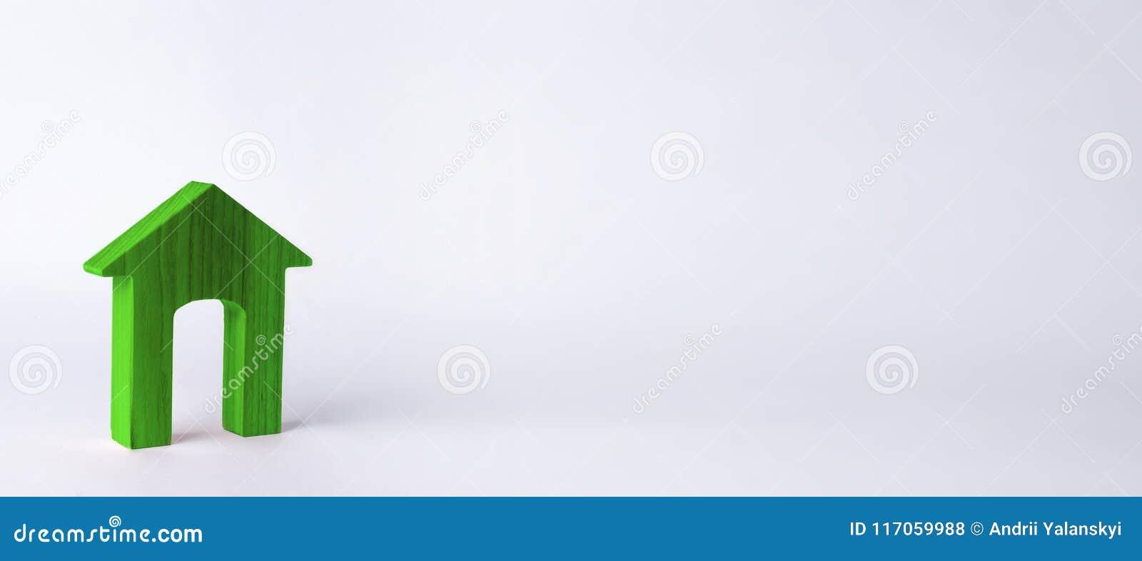 Trähus med en stor dörröppning på en vit bakgrund Begreppet av köpande och säljafastigheten, uthyrnings- hus