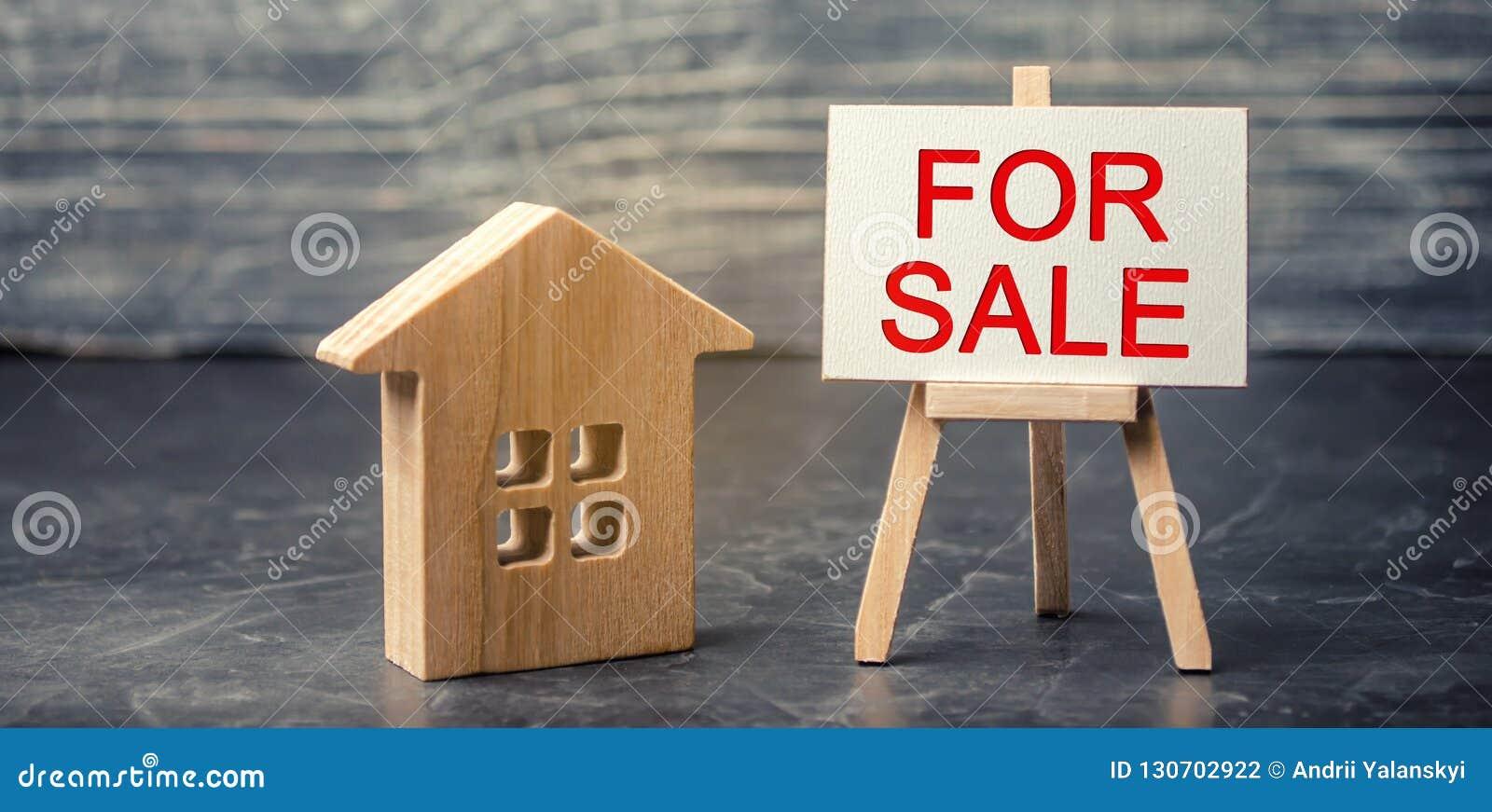 Trähus och dollar med 'den till salu 'inskriften, försäljning av egenskapen, hem som man har råd med hus Sale av lägenheter Verkl