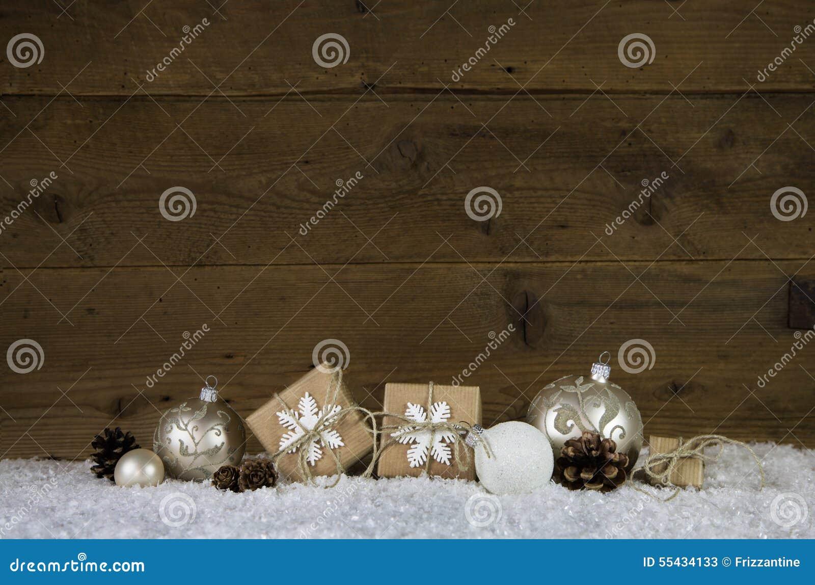 Träjulbakgrund med garnering som gåvor, bollar