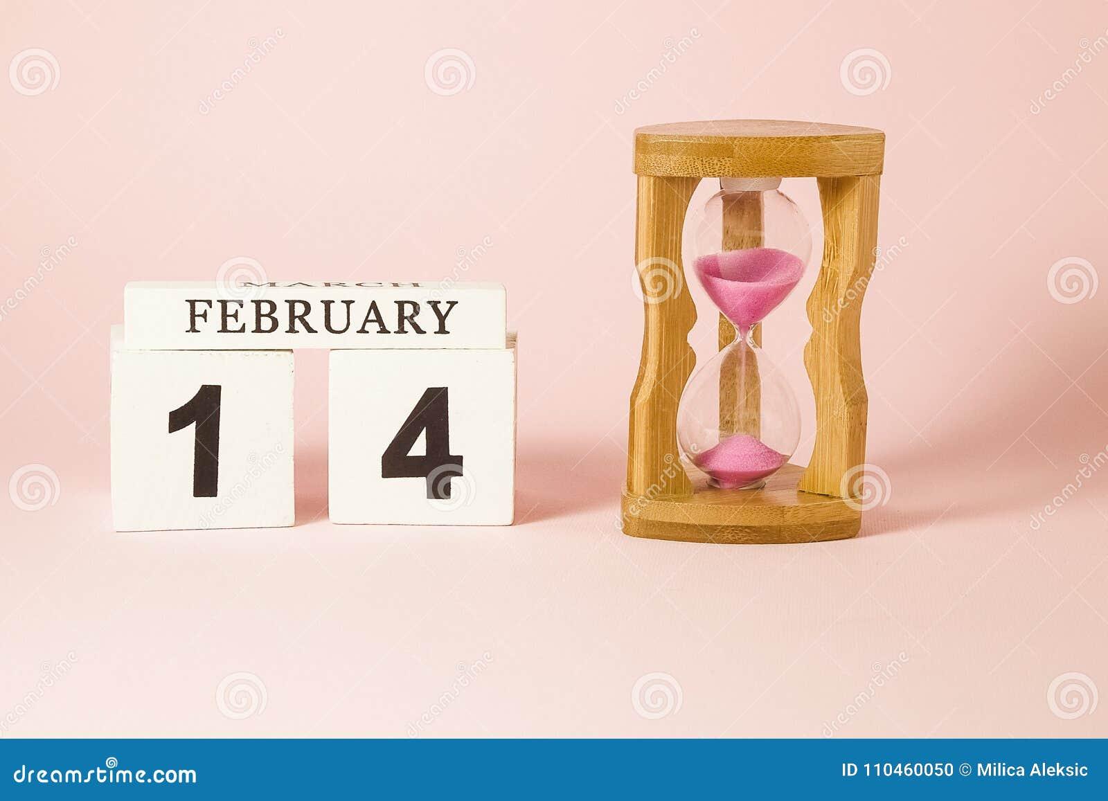 Träkalender- och timglasklockan påminner dig av tid