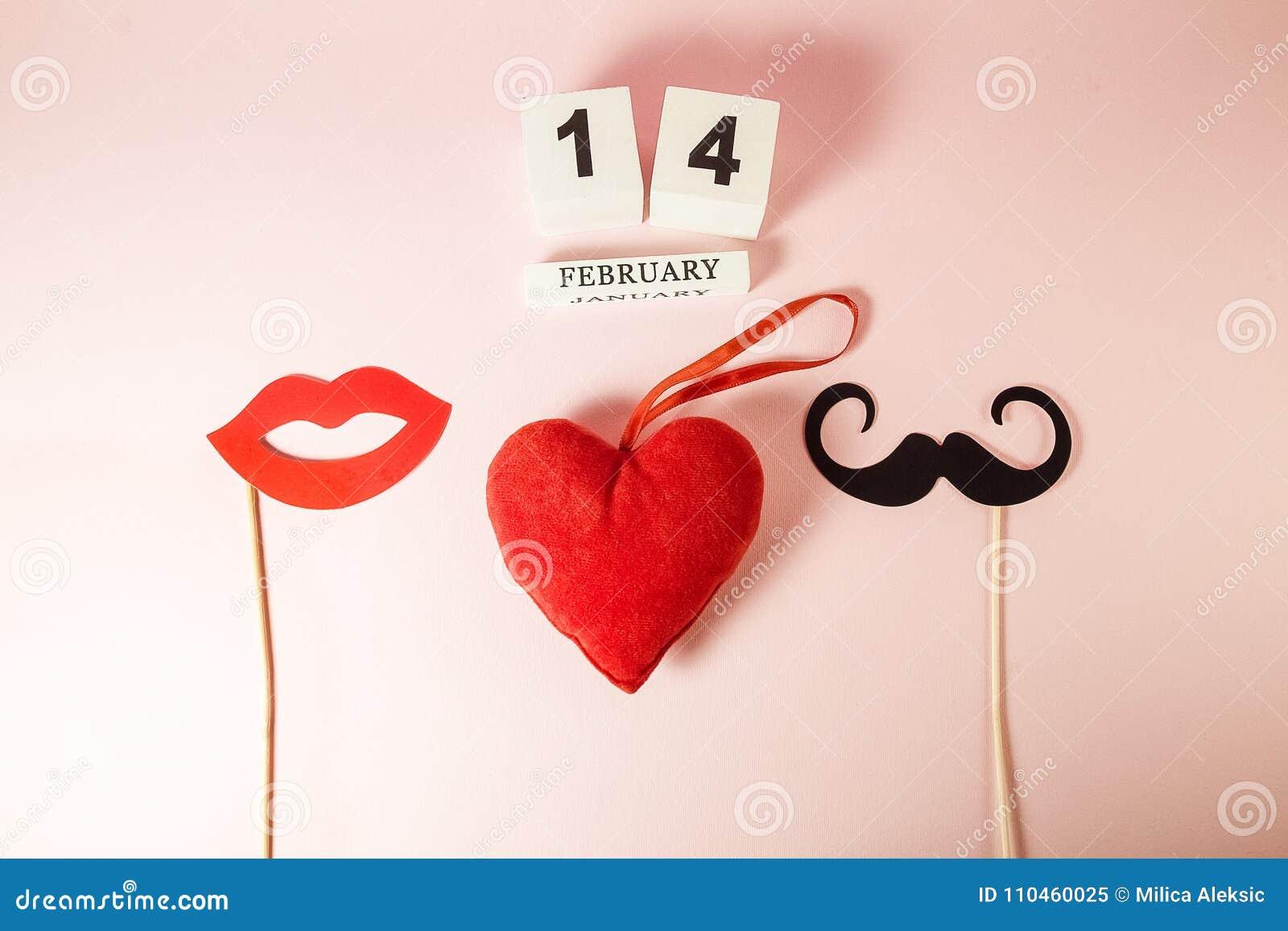 Träkalendern och röd hjärta med mustascher och kanter skyler över brister stöttan på rosa bakgrund