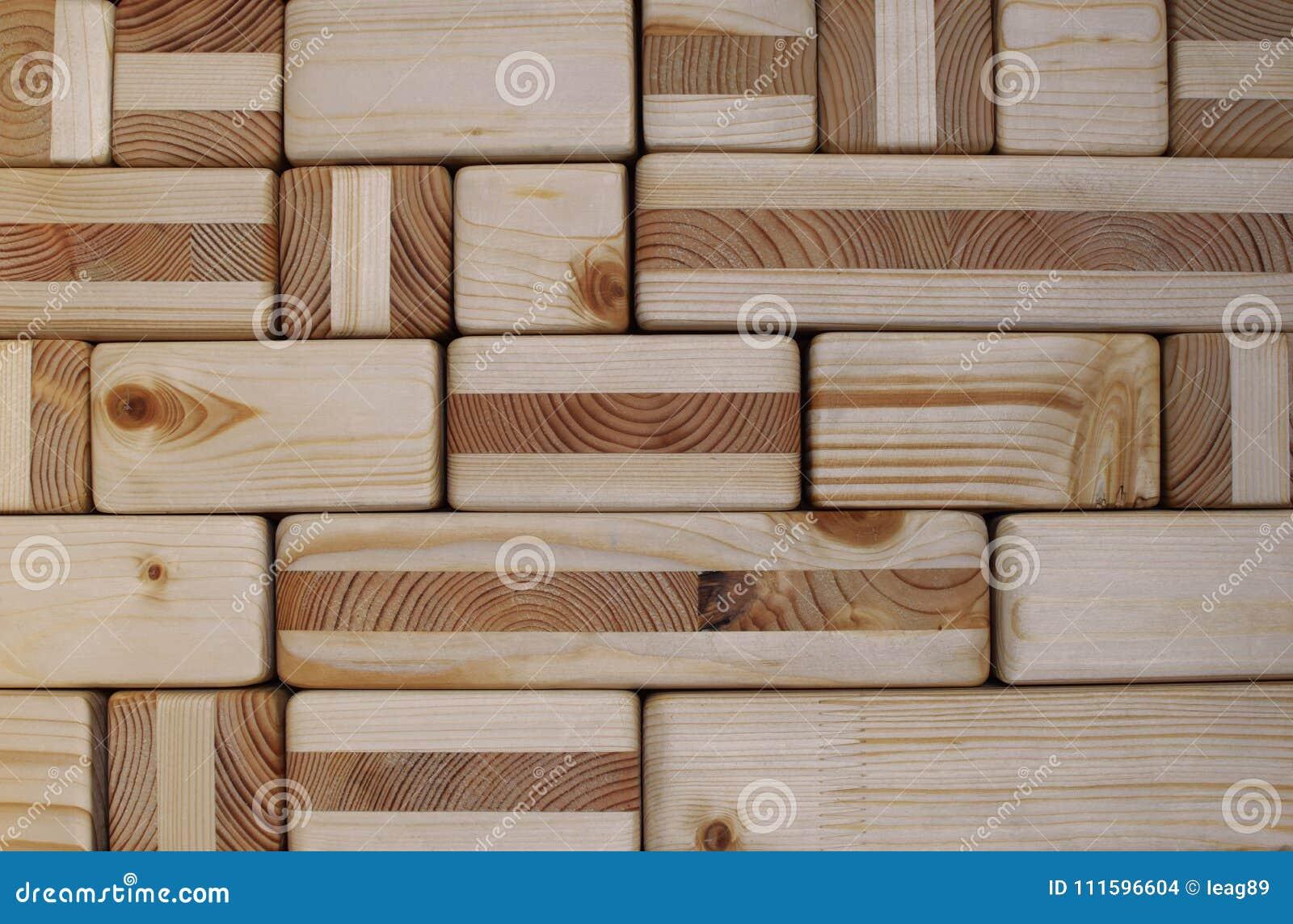 Träkuber och kvarter texturerade väggen