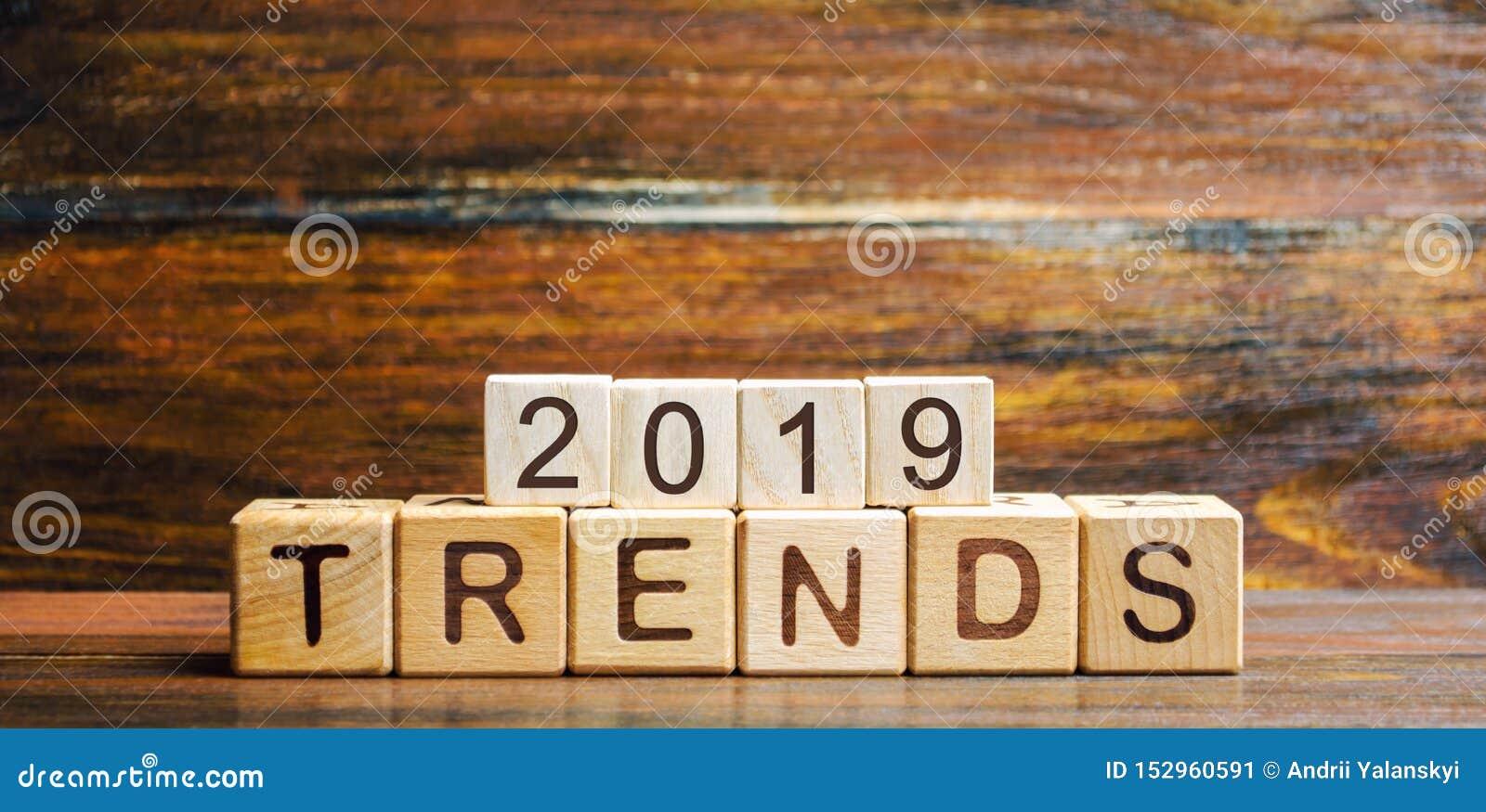 Träkvarter med ordtrenderna 2019 Huvudsaklig trend av att ändra något Populära och relevanta ämnen Nya ideologiska trender av