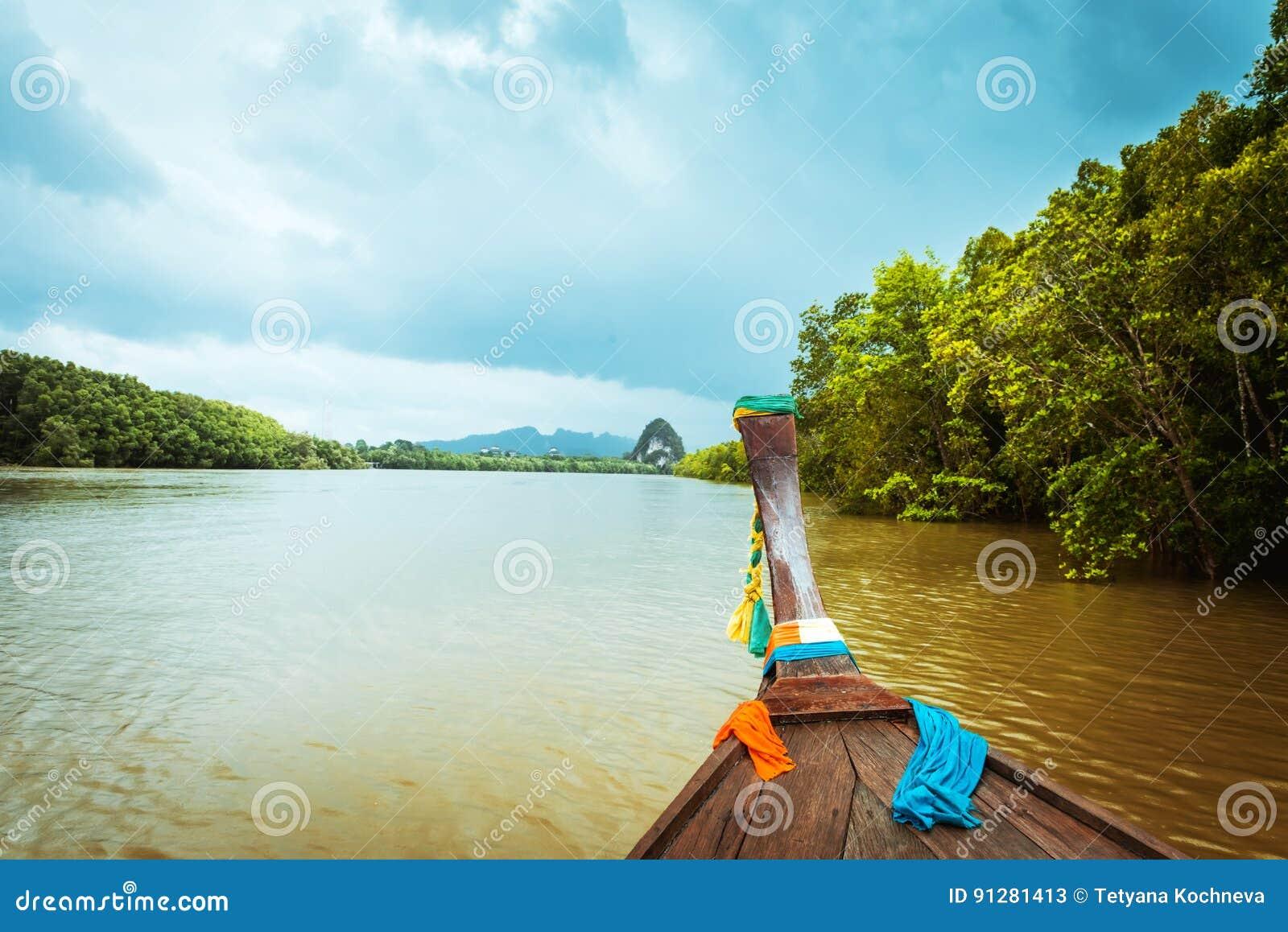 TrälongtailfartygPak Nam Krabi flod Thailand