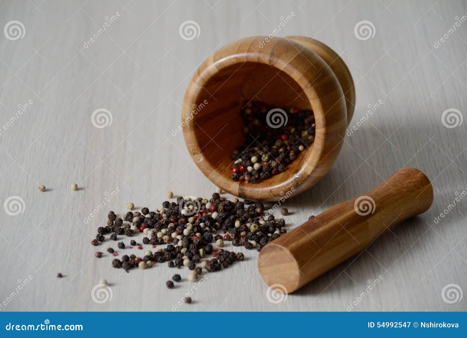 Trämortel på tabellen med torr peppar
