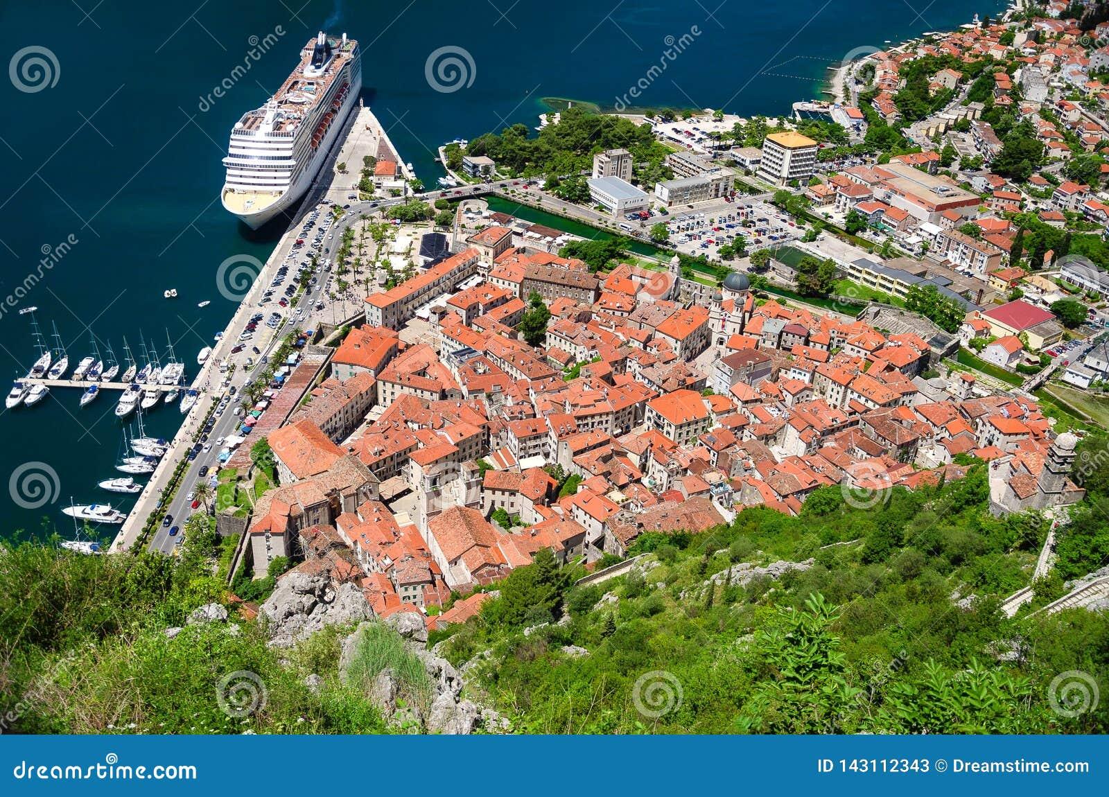 Tränga igenom av den Kotor fjärden och den gamla staden som ses från bergen på en sommardag Montenegro