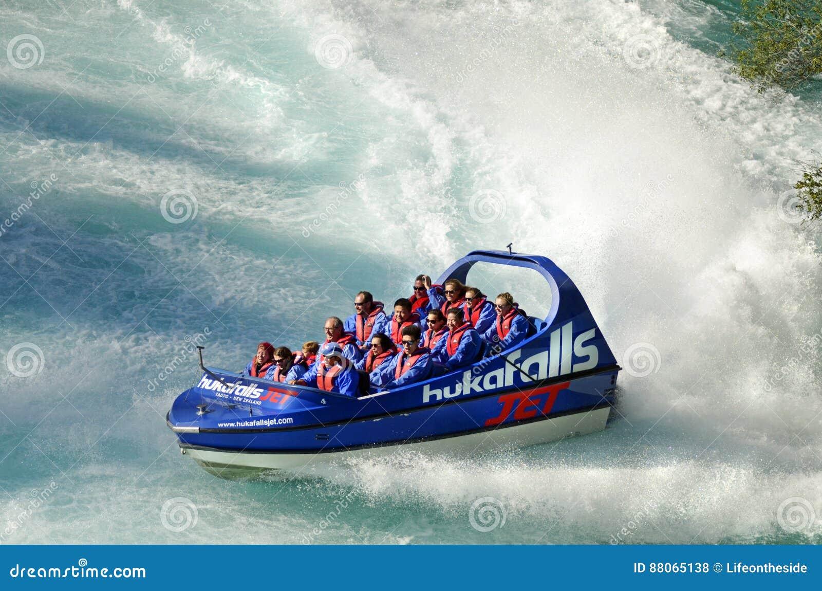 Tränga ihop att erfara för turister som är bästa av Nya Zeeland i den sceniska Waikato floden