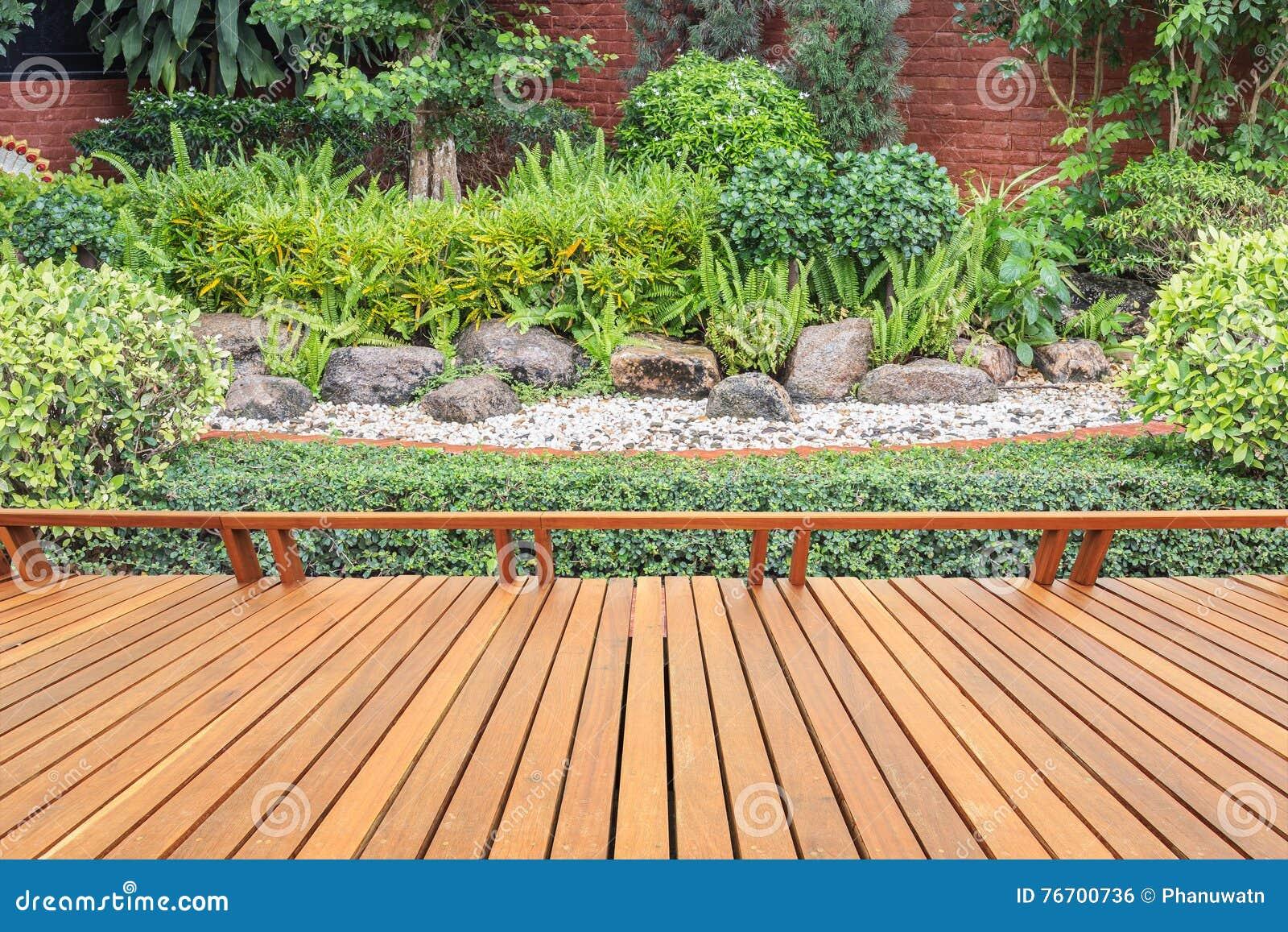 Träpryda eller däcka och växt i trädgårds- dekorativt