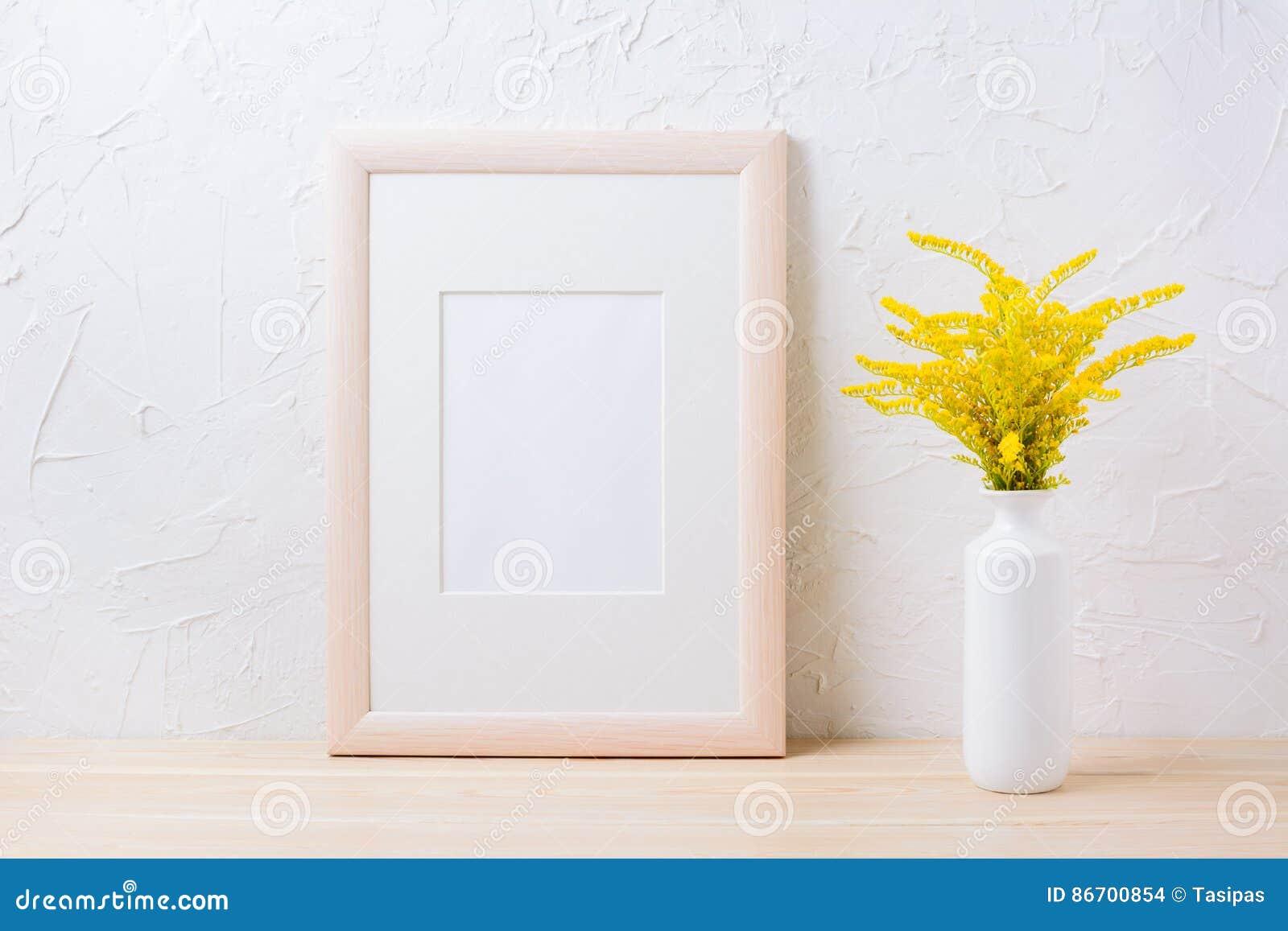 Trärammodell med dekorativt gult blomninggräs i va