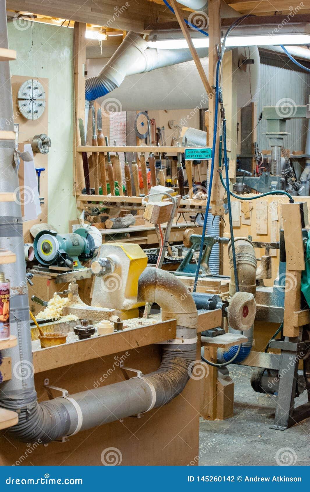 Träseminarium med damm och shavings, hjälpmedel och maskineri