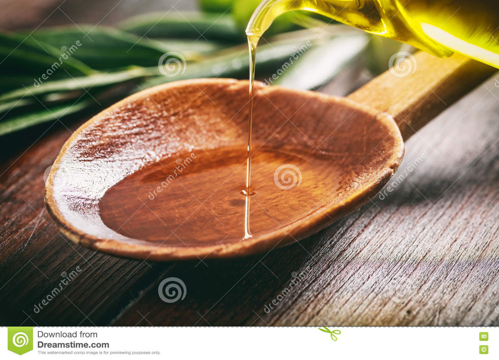Träsked med oliv och olivolja