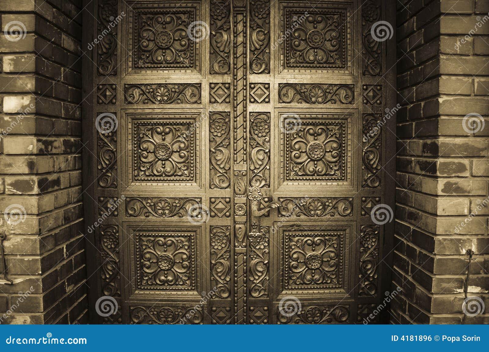 Träsned dörrar