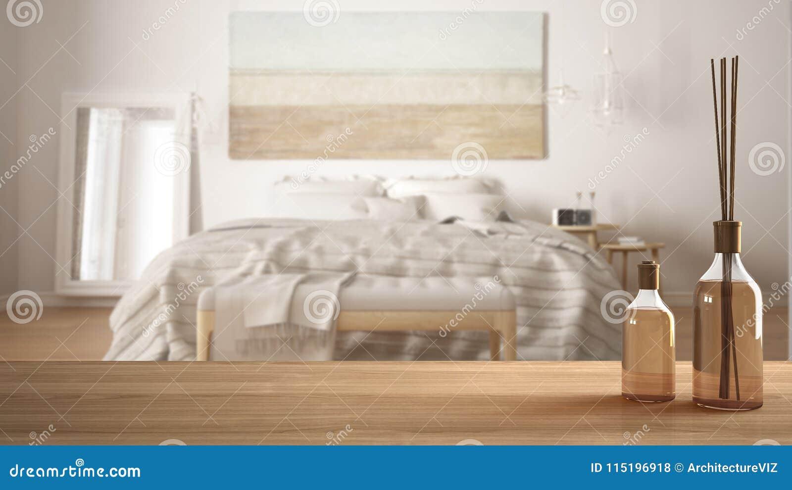 Trätabellöverkant eller hylla med aromatiska pinneflaskor över suddigt modernt sovrum med klassisk säng, vit arkitekturinre D
