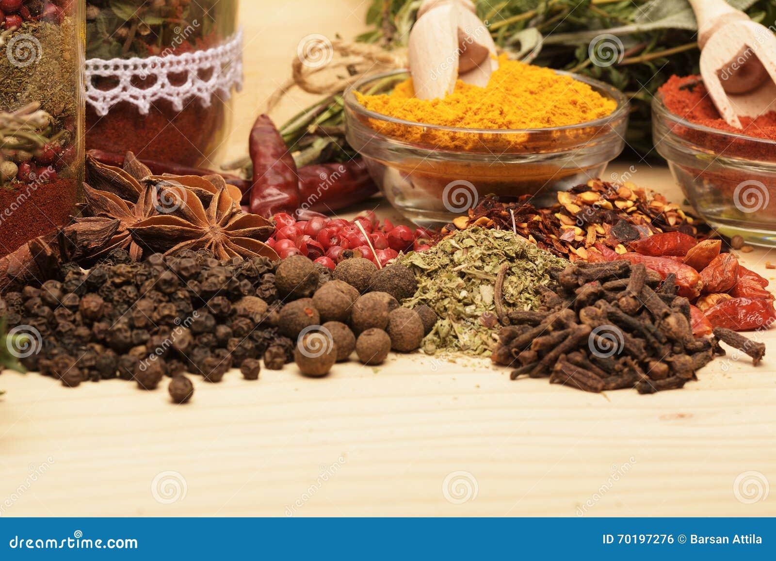 Trätabell av färgrika kryddor